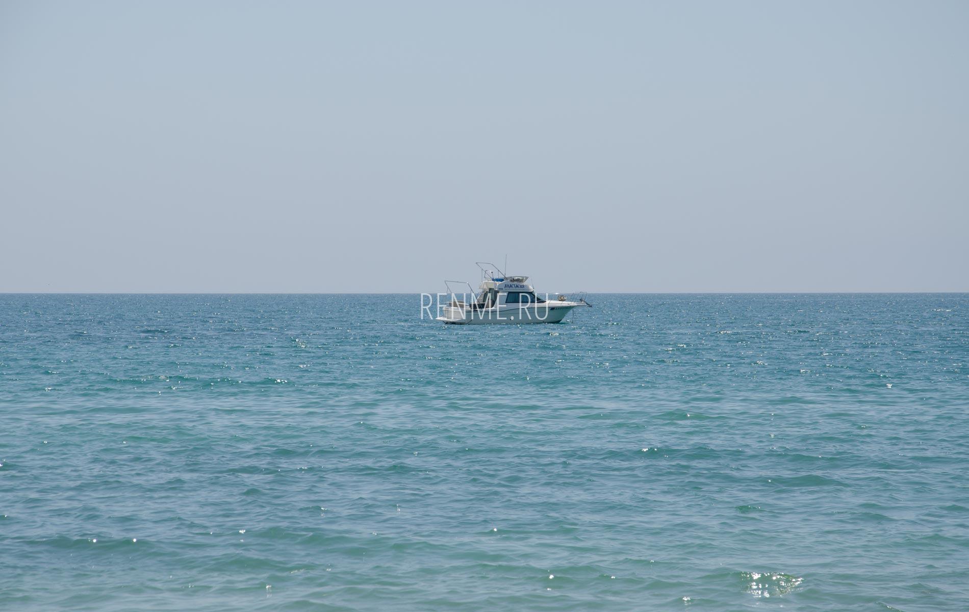 Катер в июньском море. Фото Заозёрного