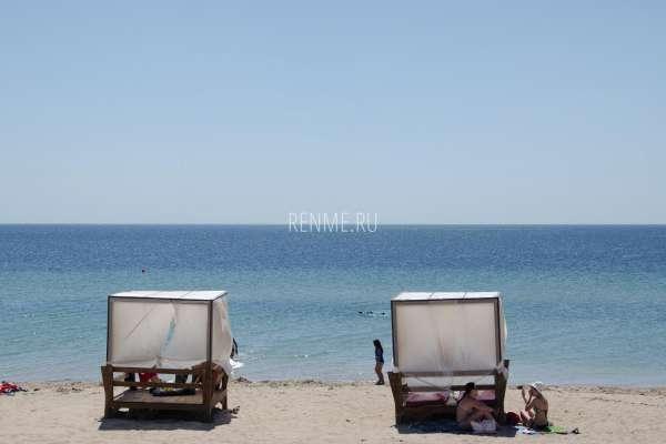 Бунгало на песчаном пляже в Крыму. Фото Заозёрного