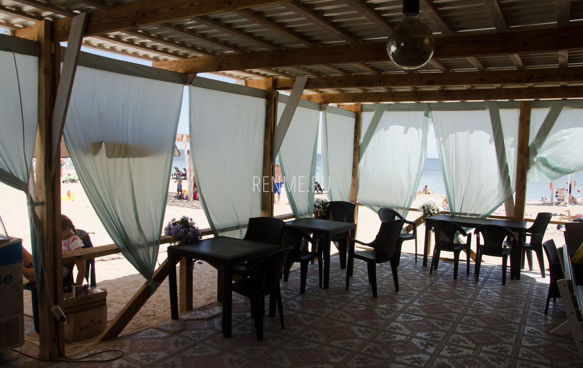"""Столики кафе """"Арго"""". Фото Заозёрного"""