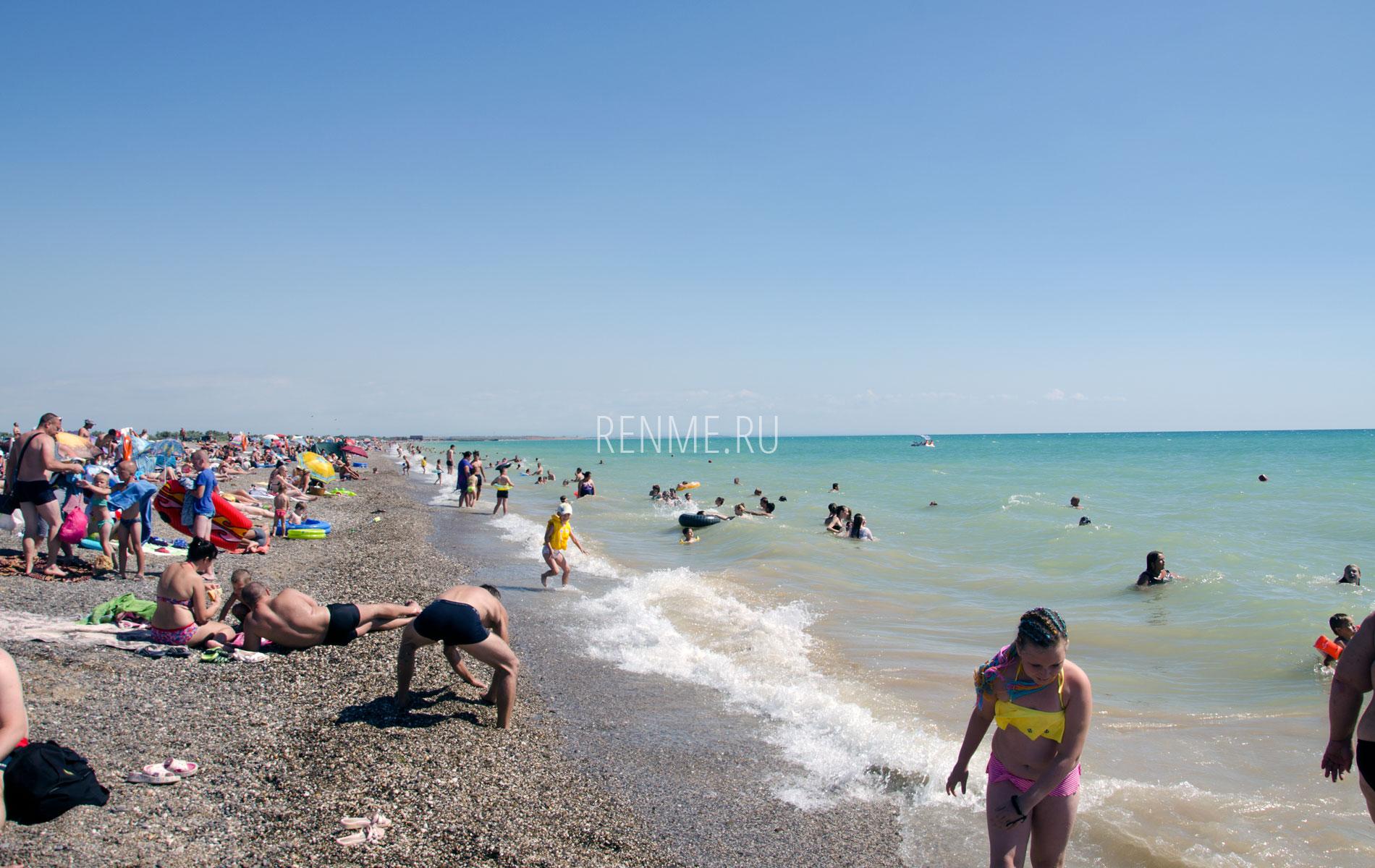 Галечный пляж в Новофедоровке летом 2019. Фото Новофедоровки