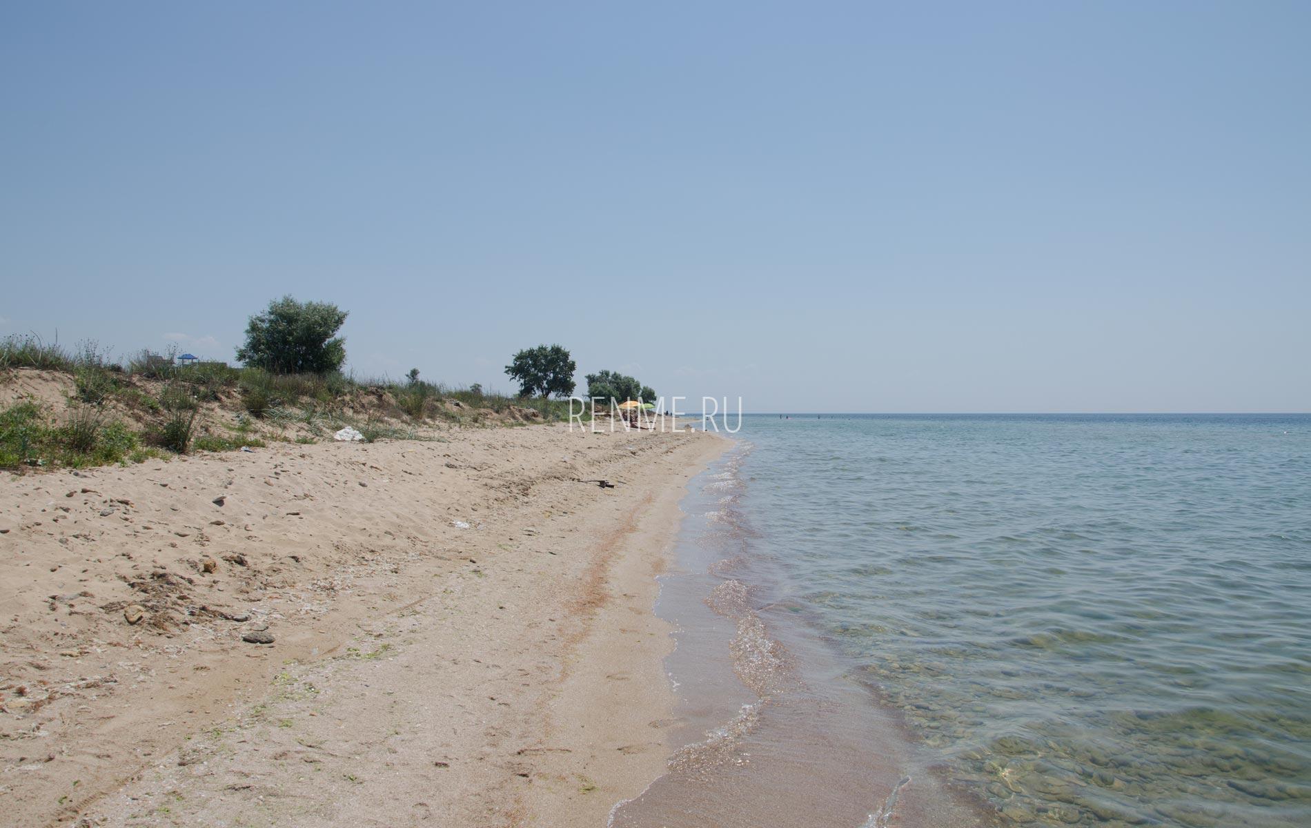Песчаный  и очень дикий пляж в Крыму. Фото Заозёрного