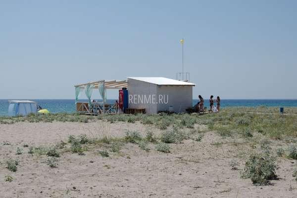 Хорошее кафе на пляже в Штормовом. Фото Штормового