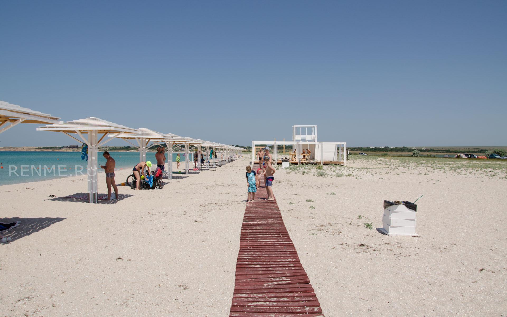 Песчаный пляж для отдыха с детьми в Оленевке. Фото Оленевки