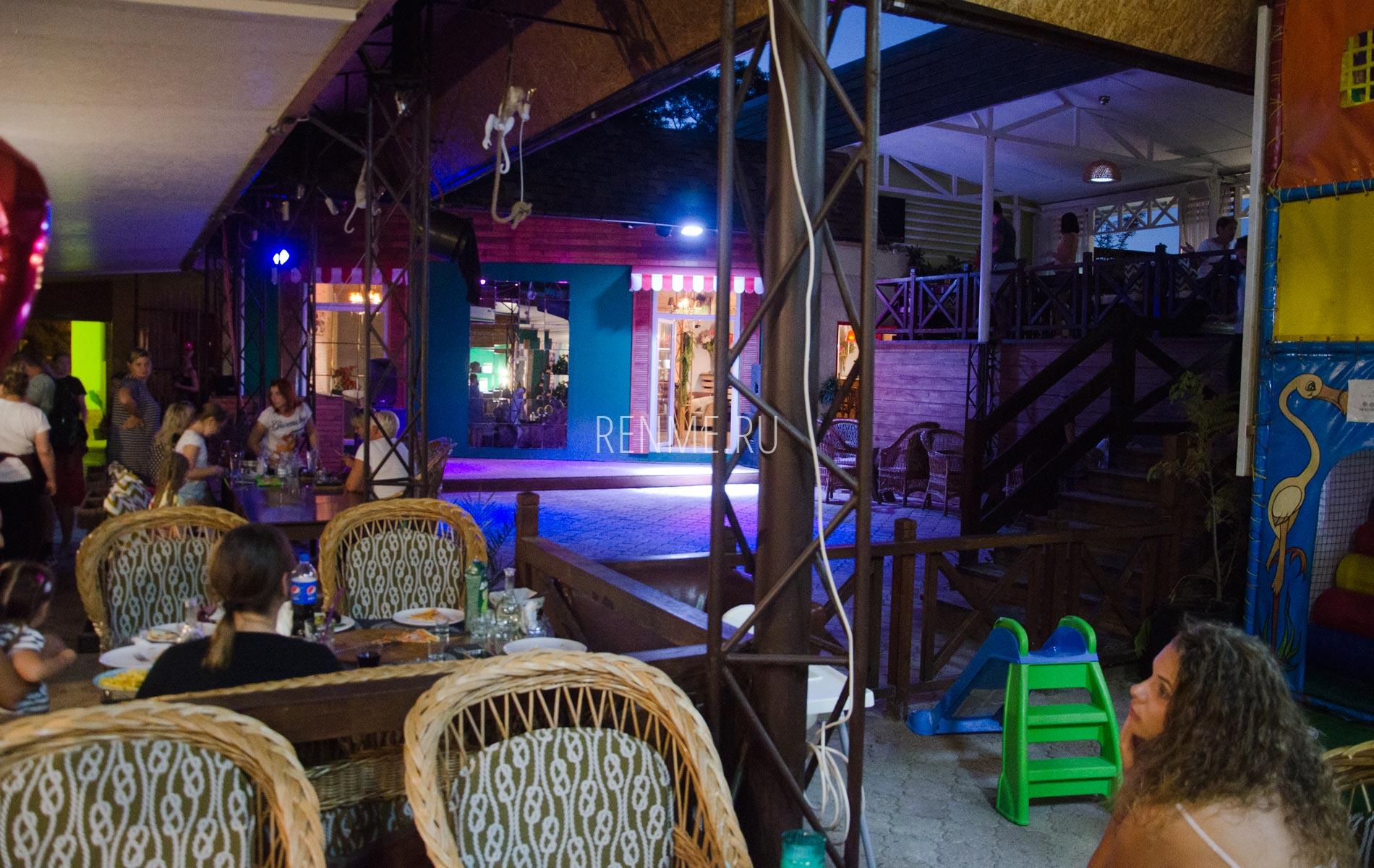 Кафе Аркадия ночью. Фото Заозёрного