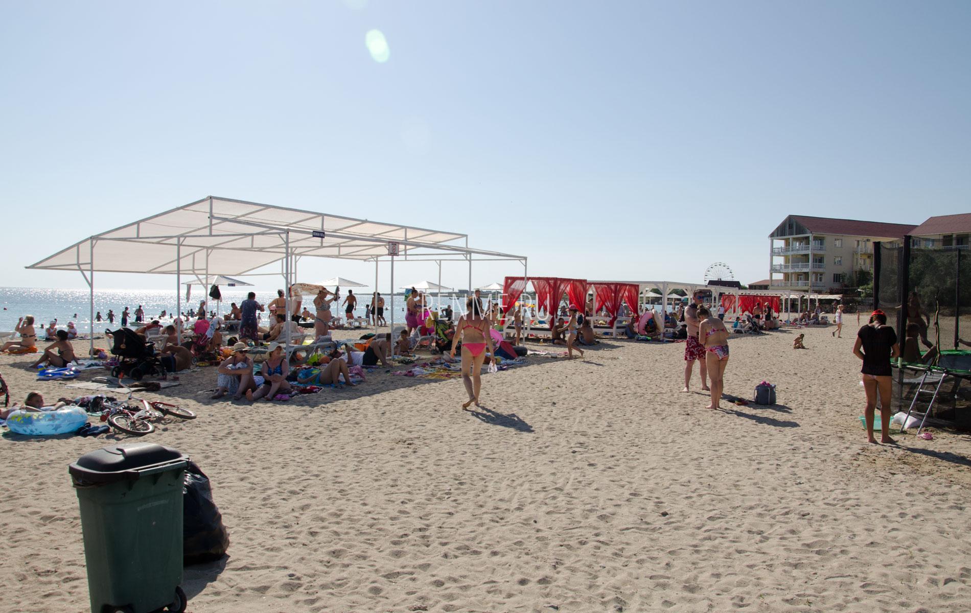 Поселковый пляж с удобствами в Межводном. Фото Межводного