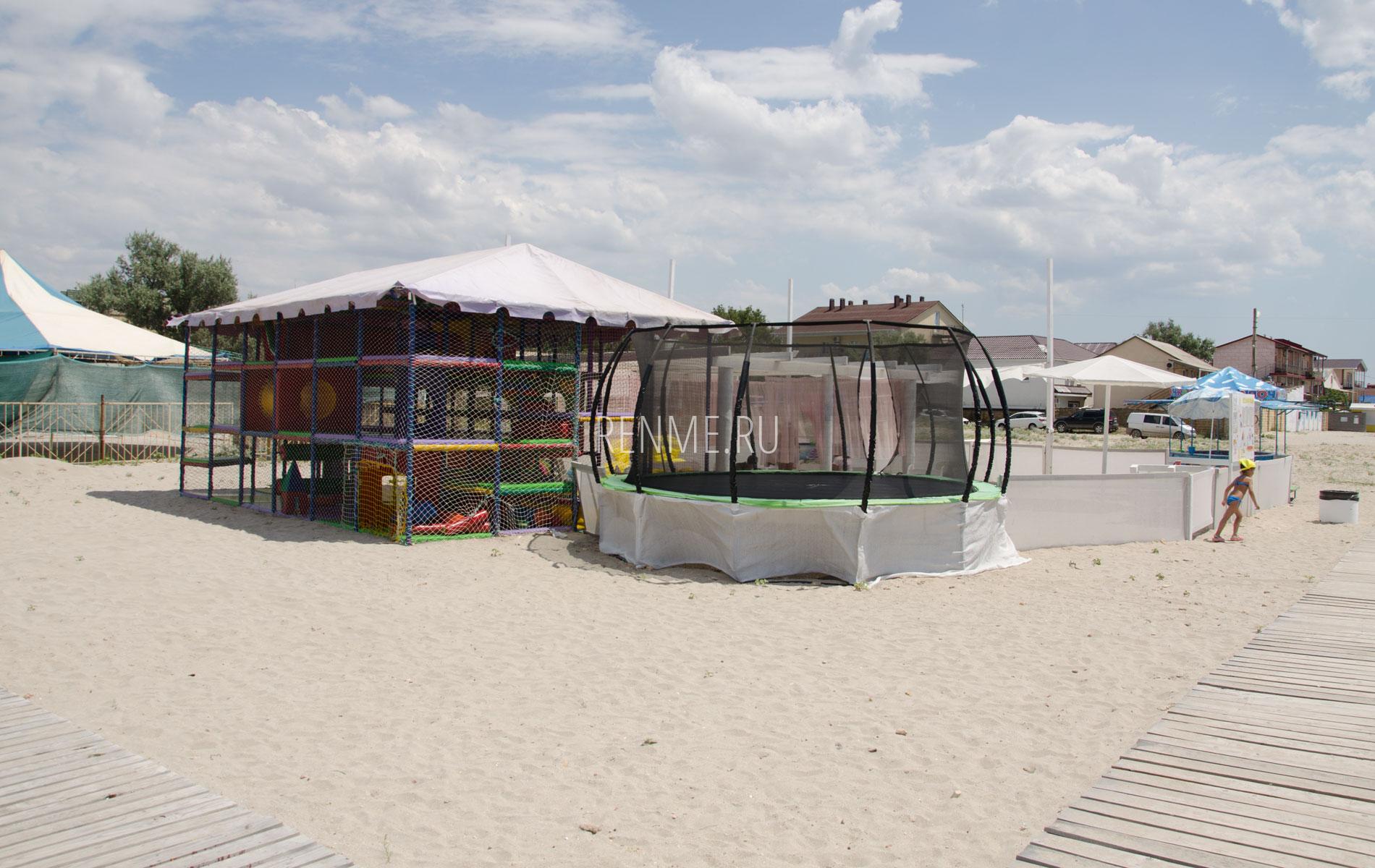 Детские развлечения на пляже Штормового. Фото Штормового