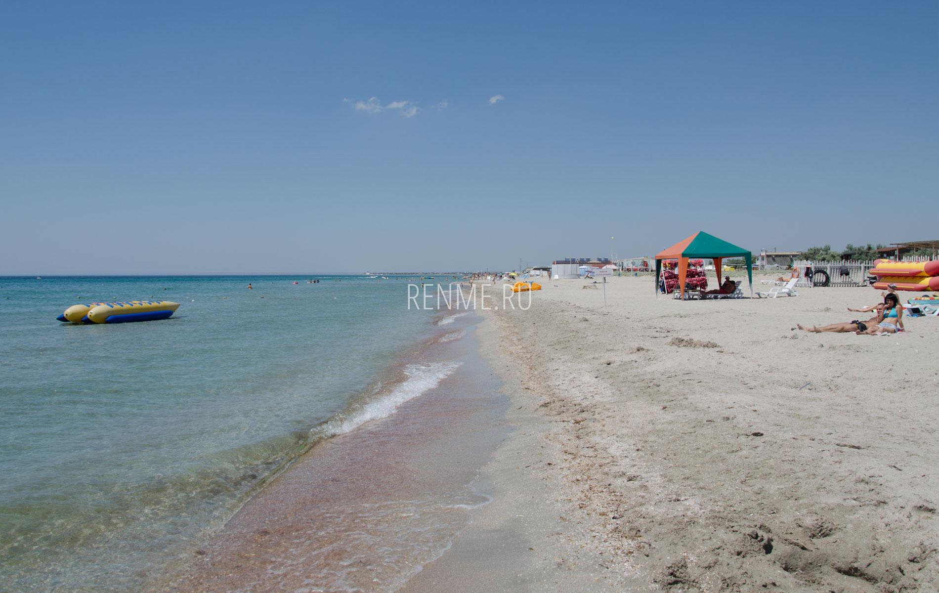 Песчаный пляж и море в Штормовом. Фото Штормового