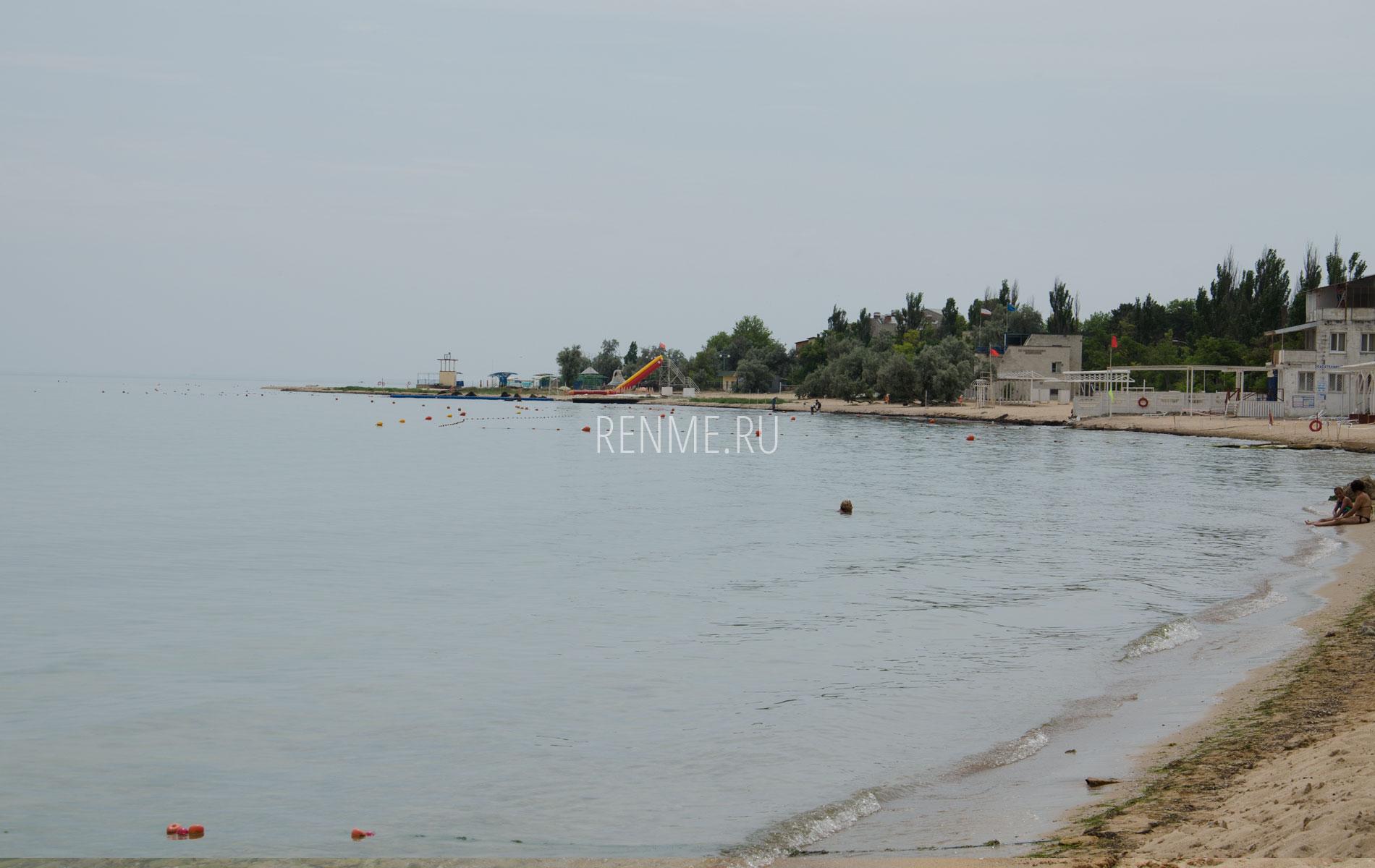 Пляжи справа от пирса. Фото Заозёрного