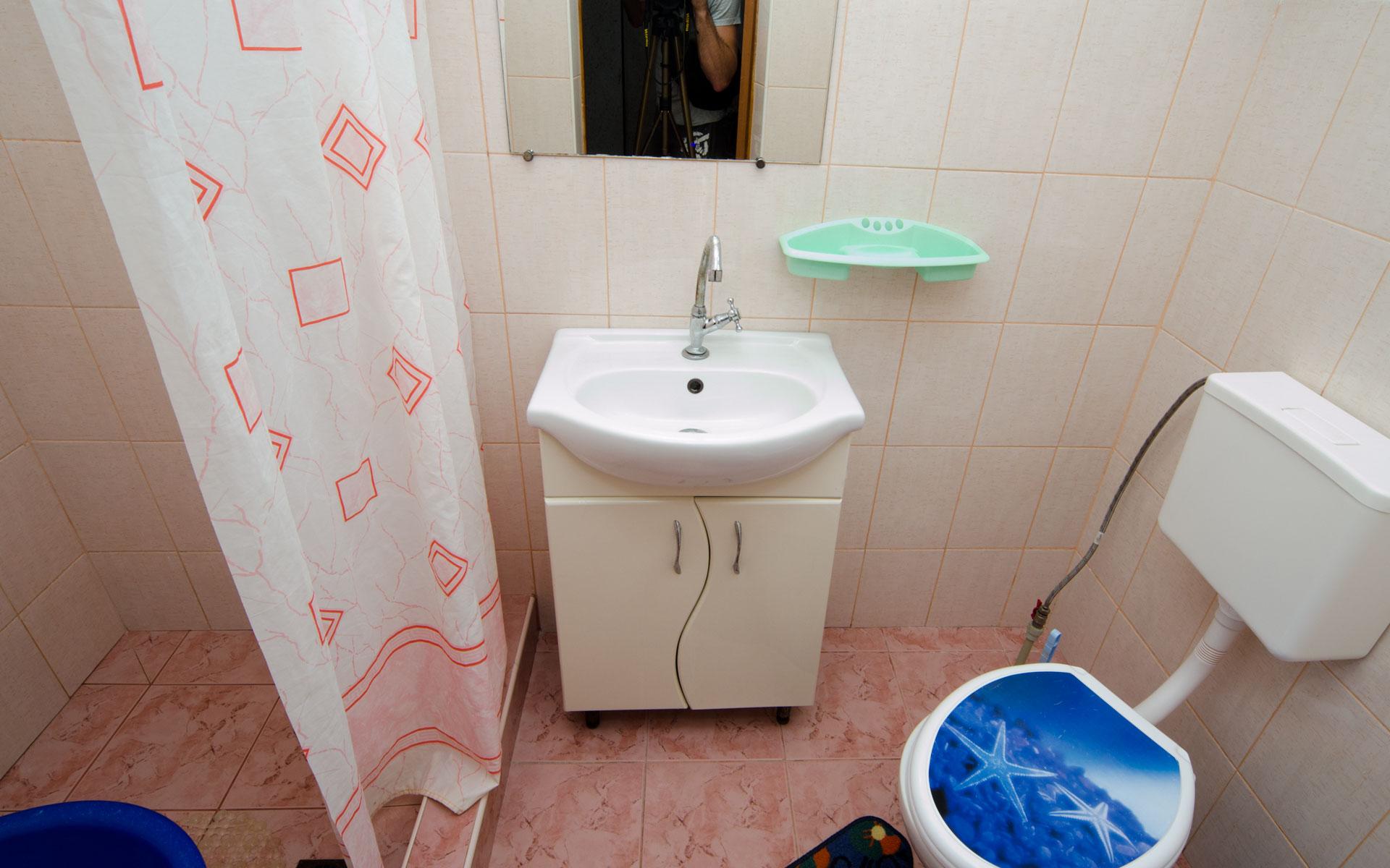Душ, туалет у каждой комнате свой. Двухкомнатная  квартира. Апарт-отель на 8 квартир. Заозёрное