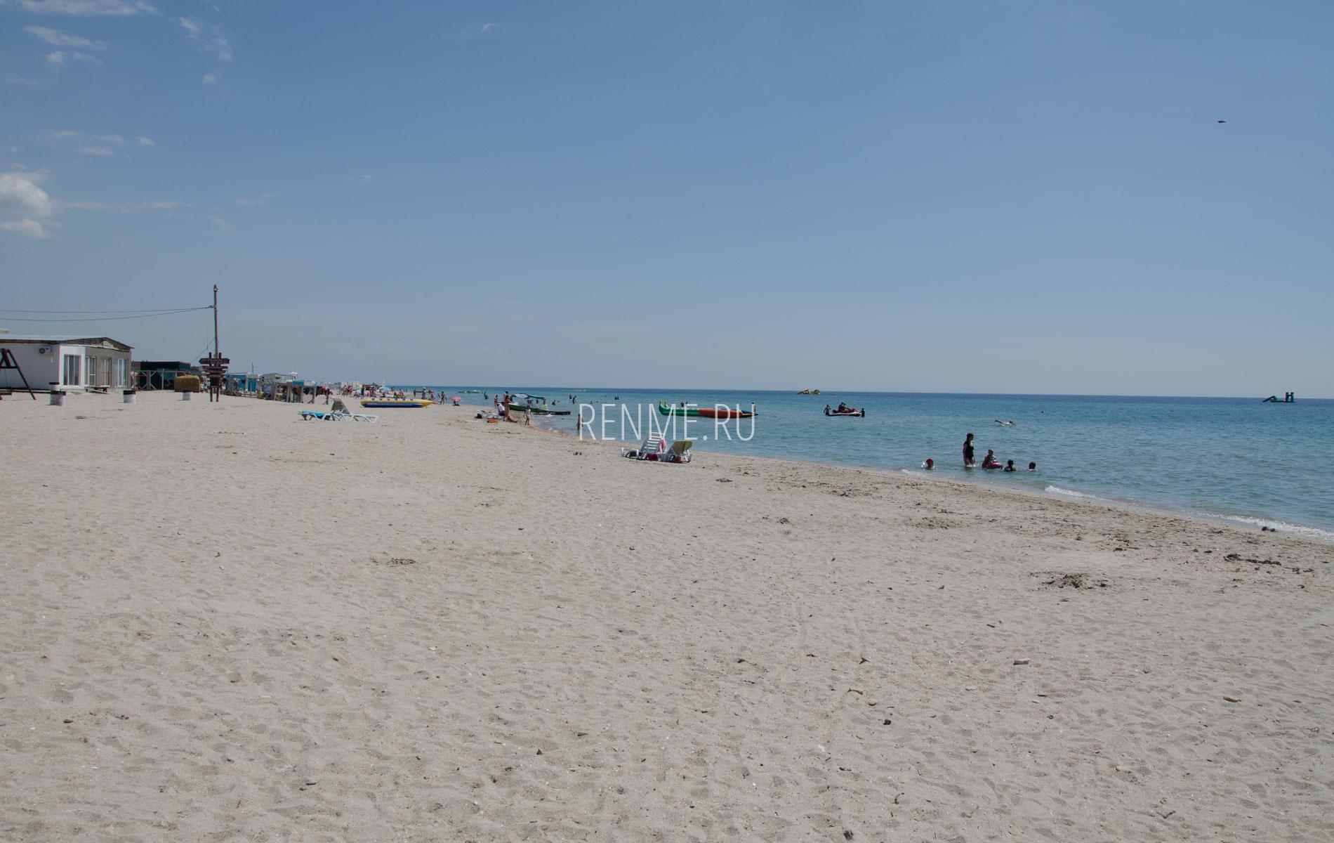 """Песчаный пляж """"DelMar"""" в июле 2019. Фото Штормового"""