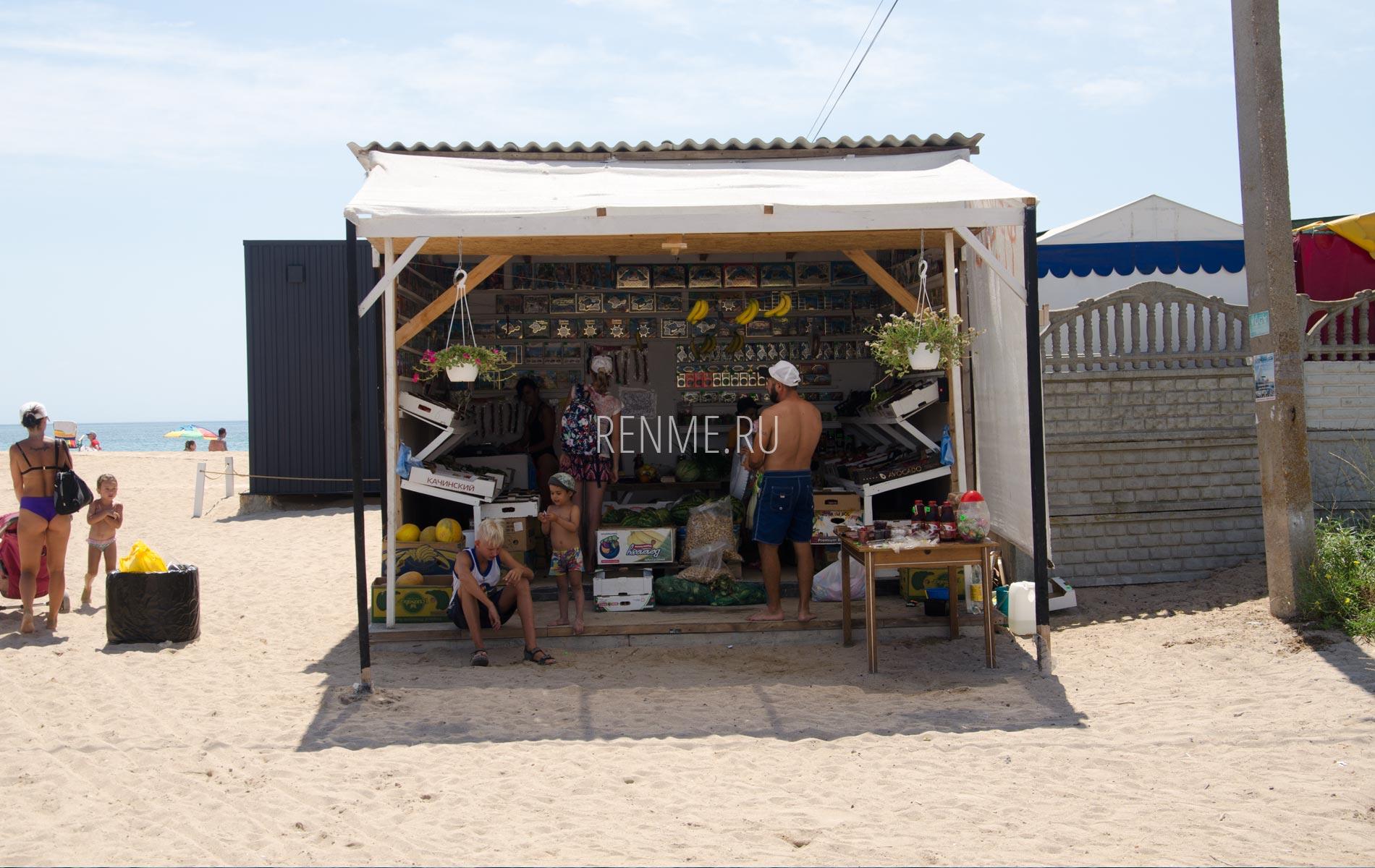 Овощная палатка на пляже в Заозёрном. Фото Заозёрного