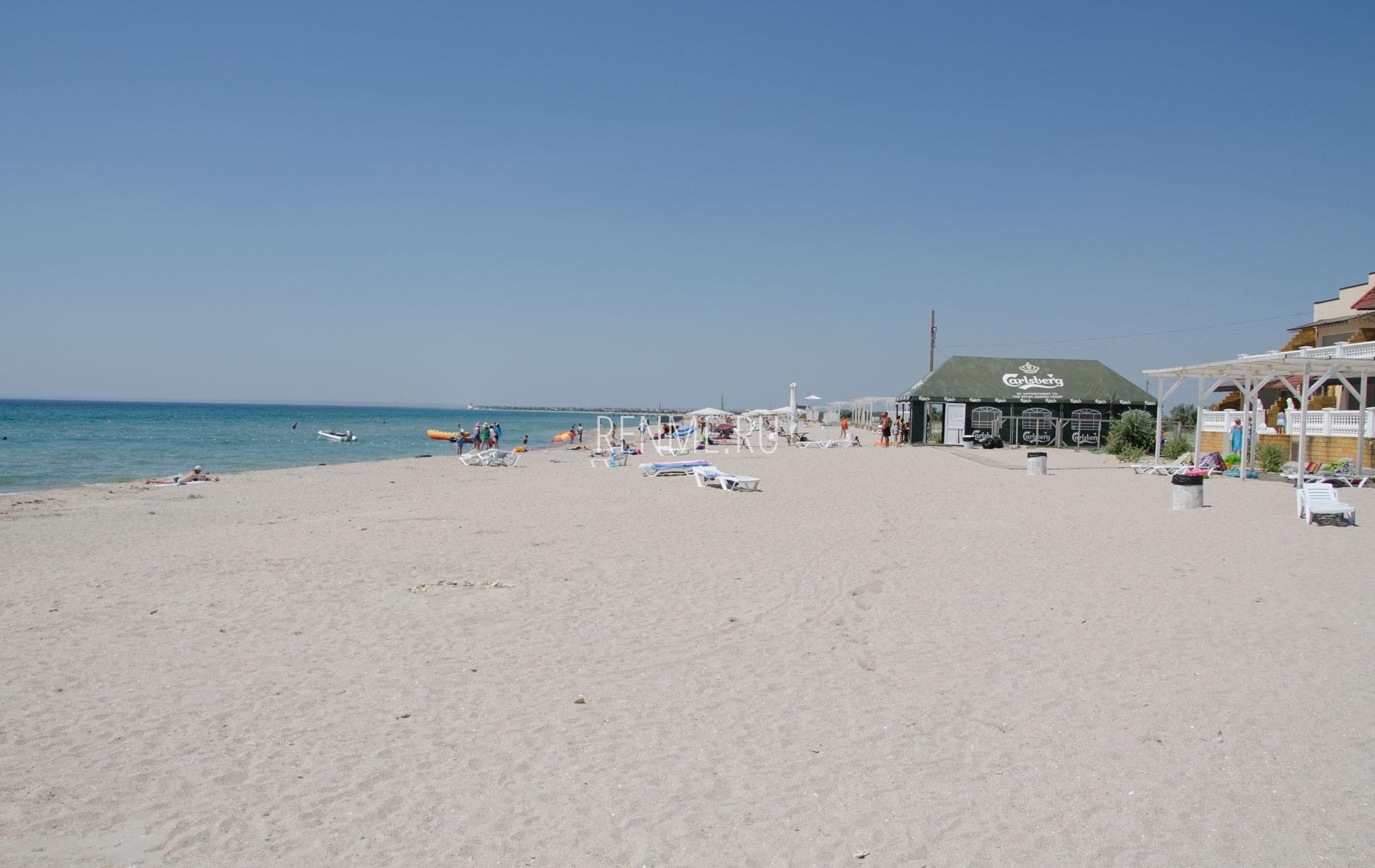 Песчаный пляж с кафе. Фото Штормового