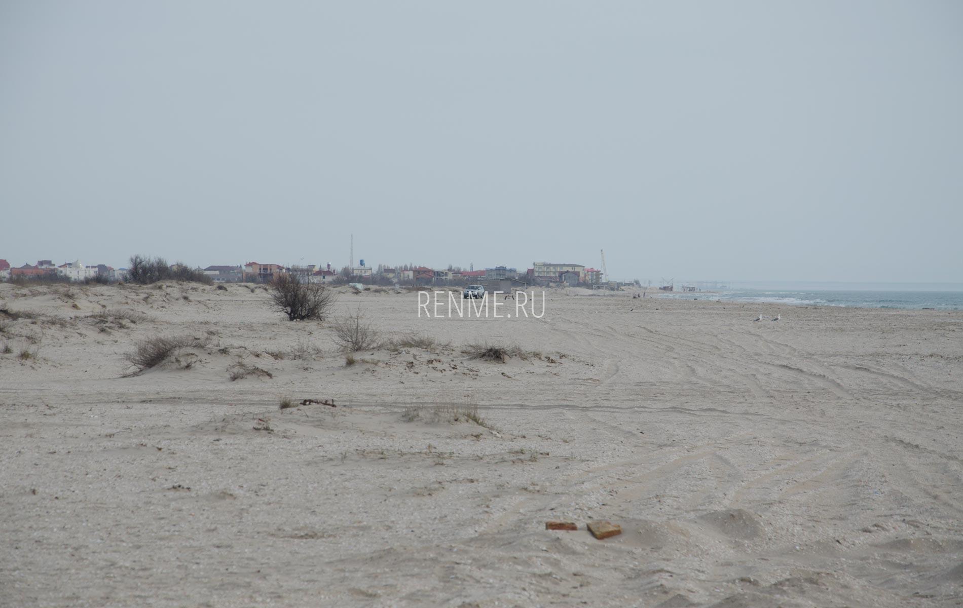 Дюны на пляже в Крыму. Фото Мирного