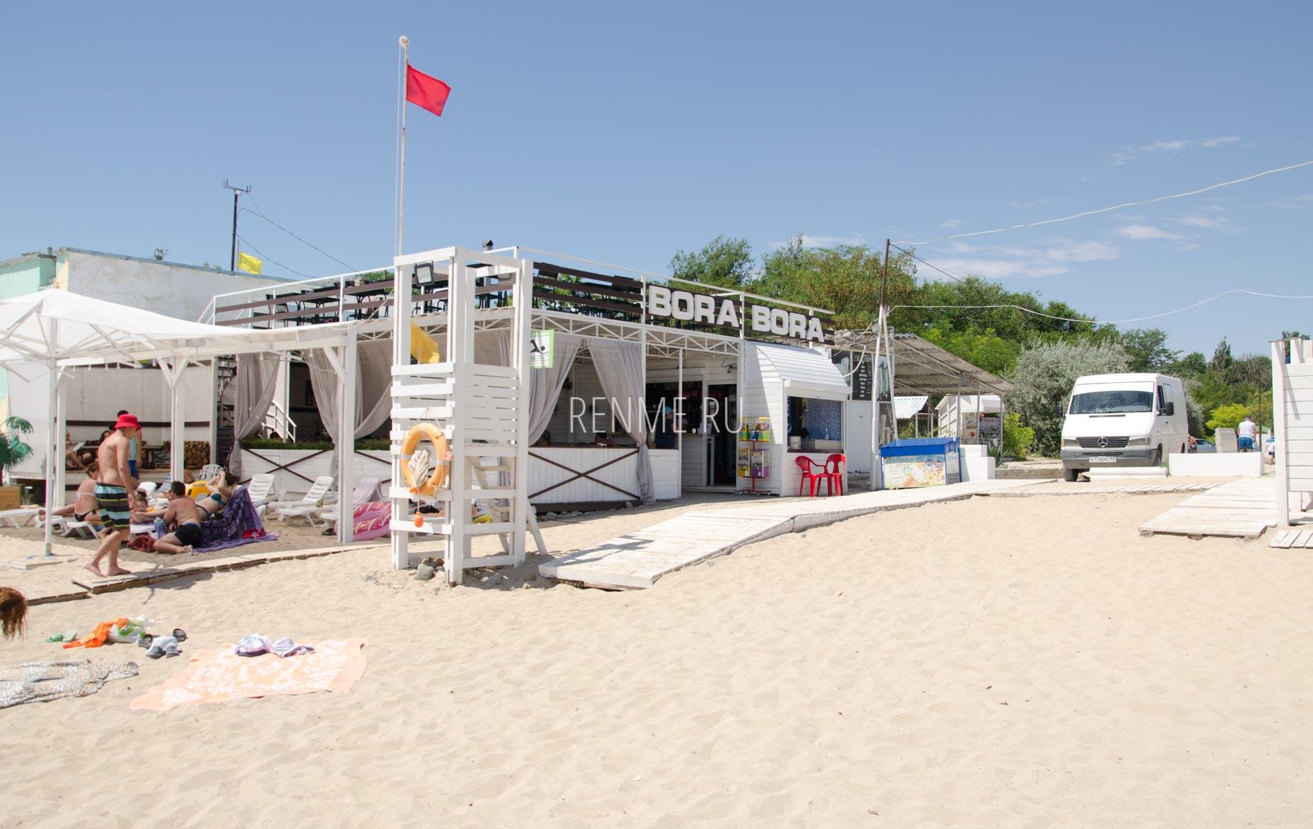 Кафе с пляжем в Крыму в июне 2020. Фото Заозёрного