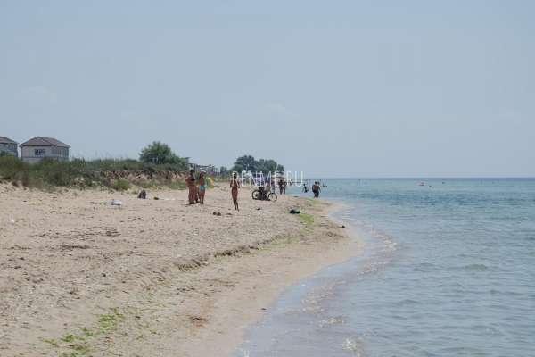 Фото людей на диком пляже в Крыму. Фото Заозёрного