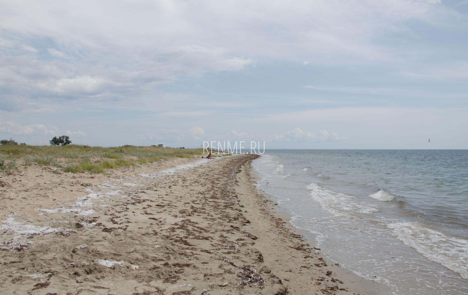 Крымский дикий песчаный пляж. Фото Молочного