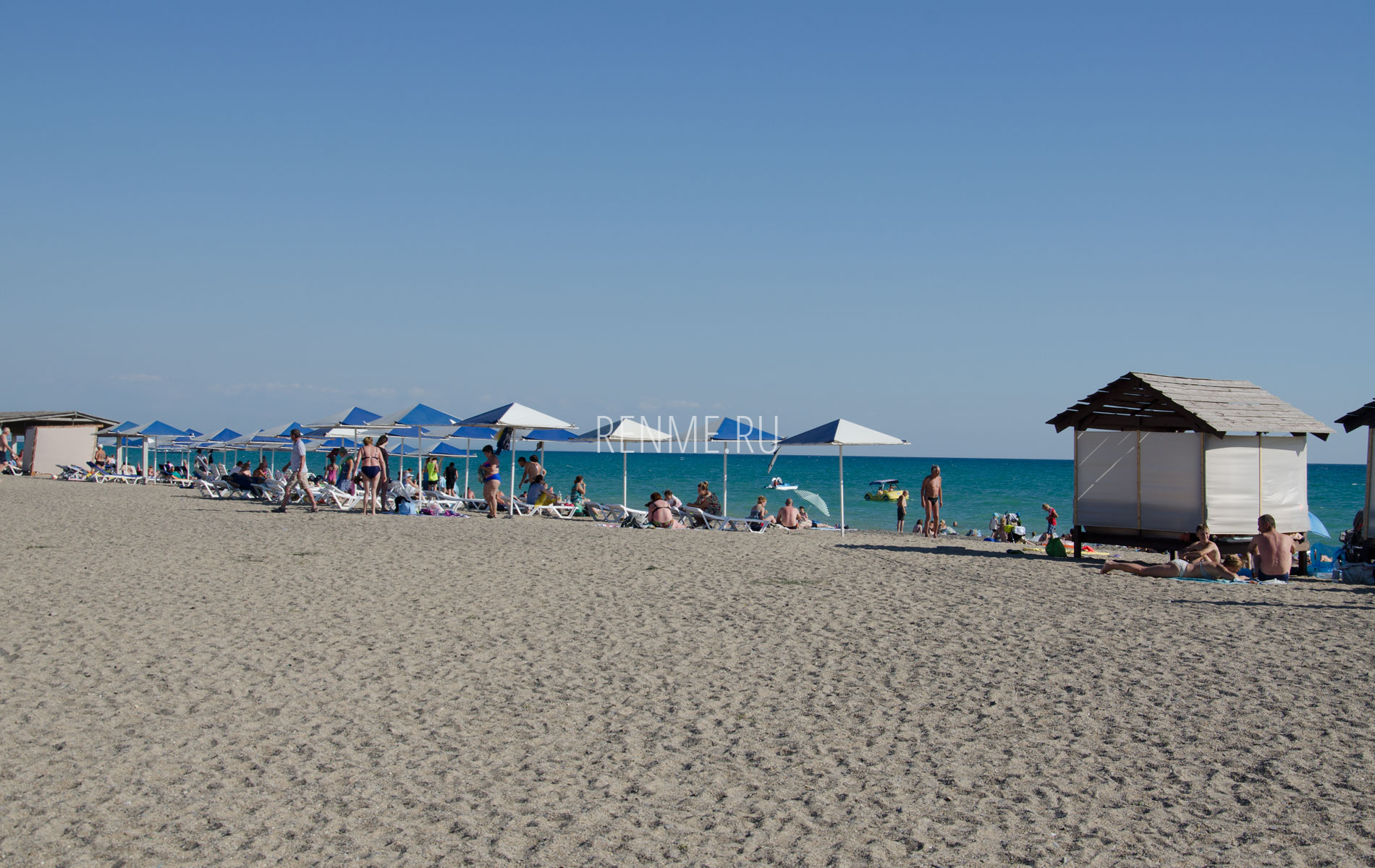 Песчаный пляж с удобствами летом 2019. Фото Прибрежного