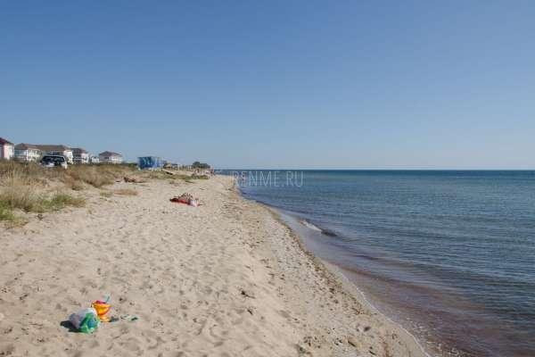 Песчаный дикий пляж осенью. Фото Заозёрного