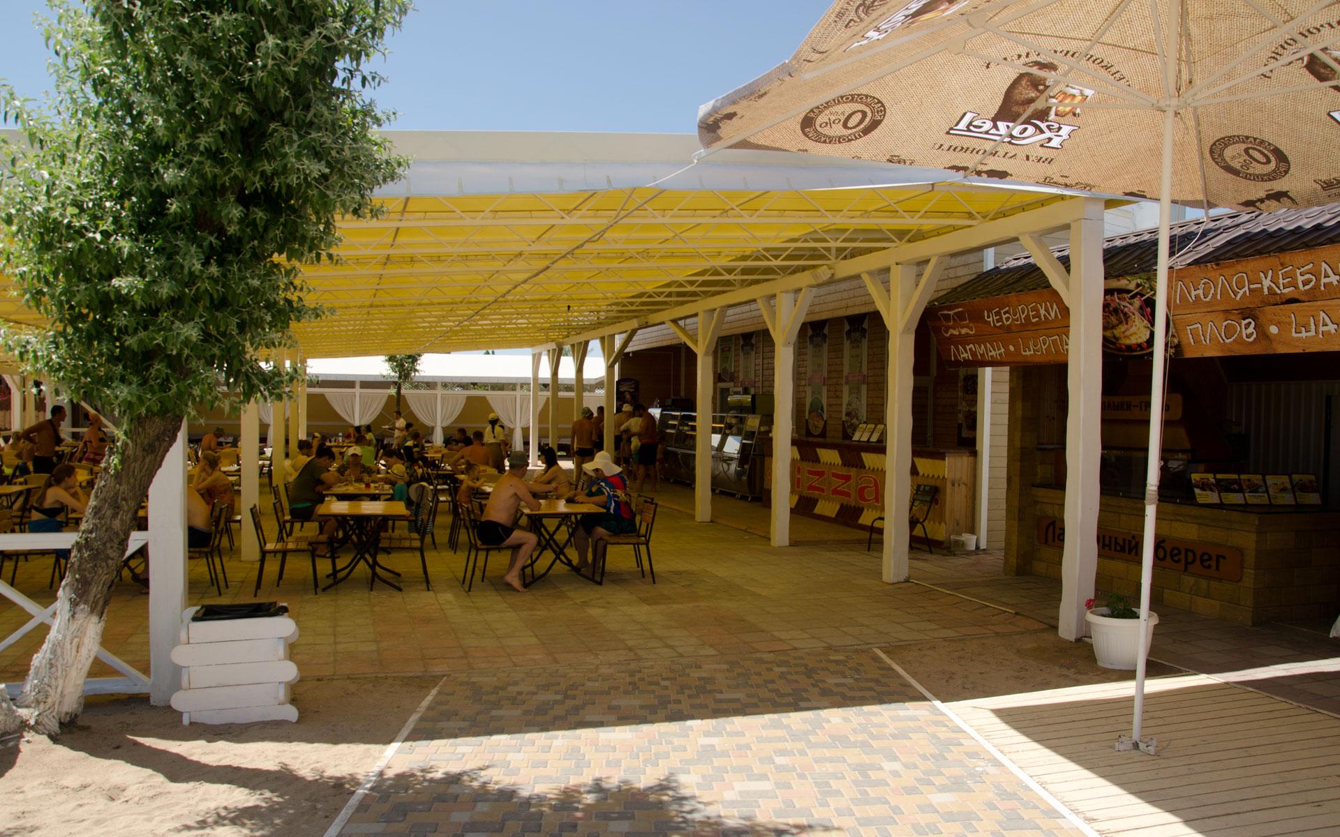 Восточная кухня на пляже Заозерного. Фото Евпатории