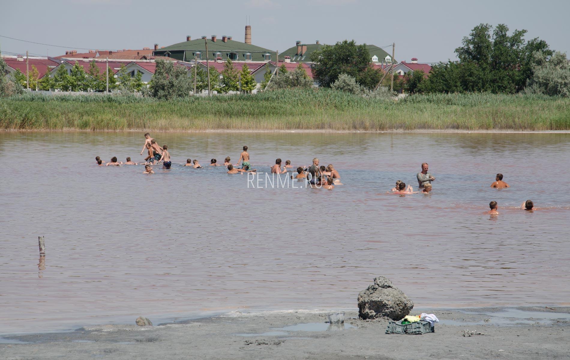 Купания в соленом озере в Крыму. Фото Заозёрного