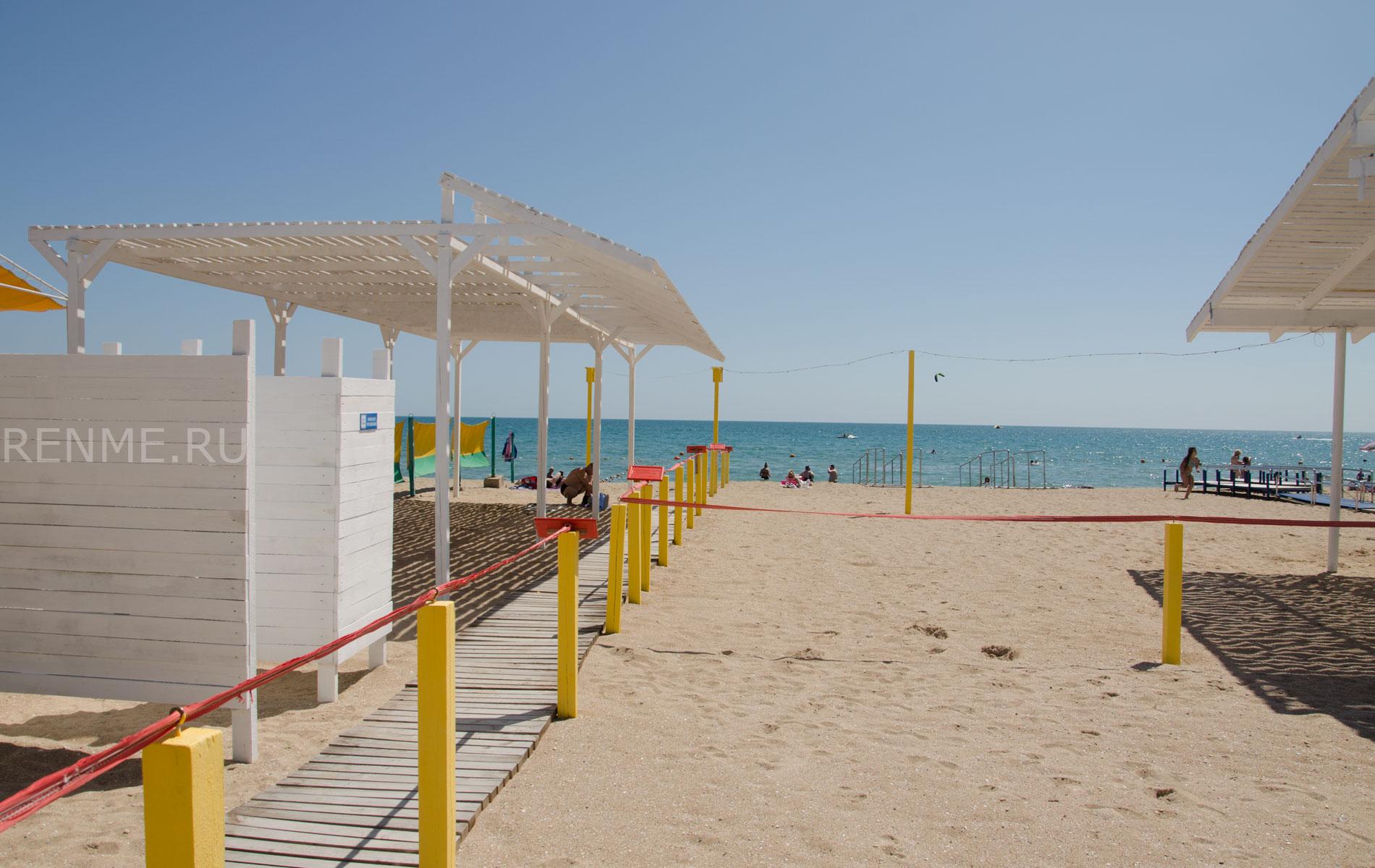 Песчаный пляж для инвалидов. Фото Евпатории