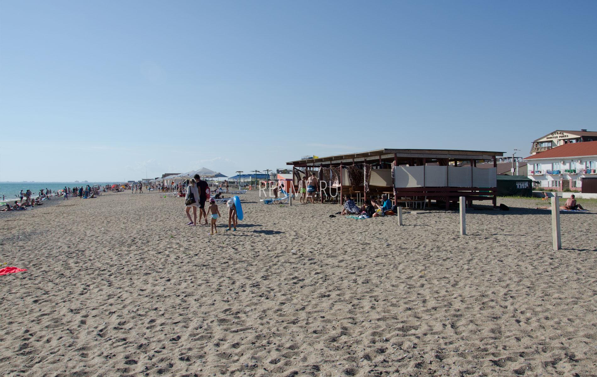 Беседки на пляже. Фото Прибрежного