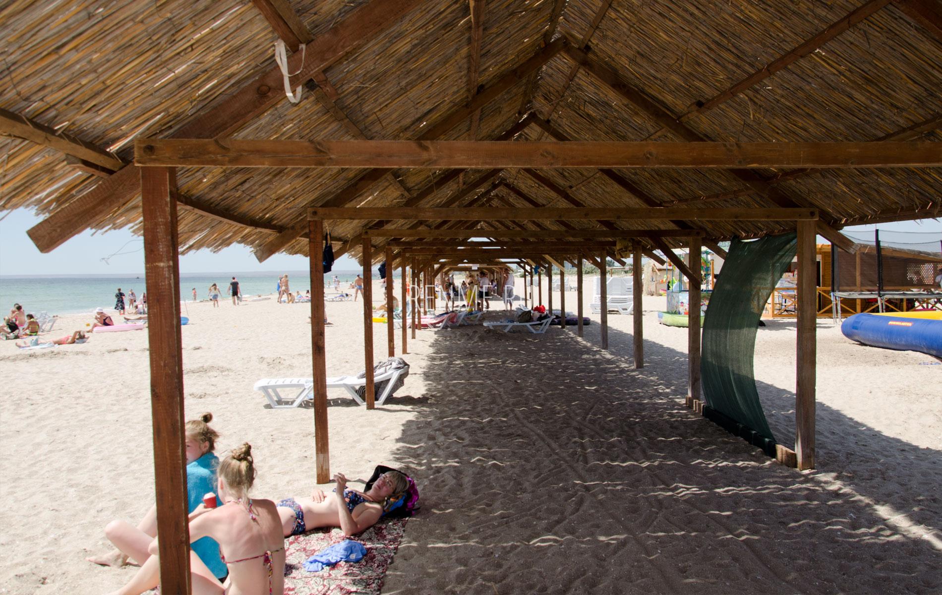 Пляж Christie с навесами. Фото Мирного