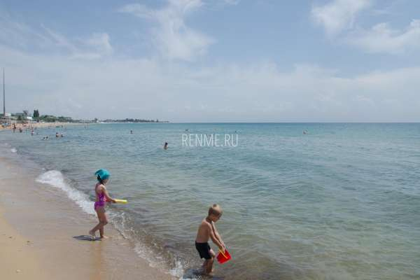 Дети на пляже в Заозёрном. Фото Заозёрного