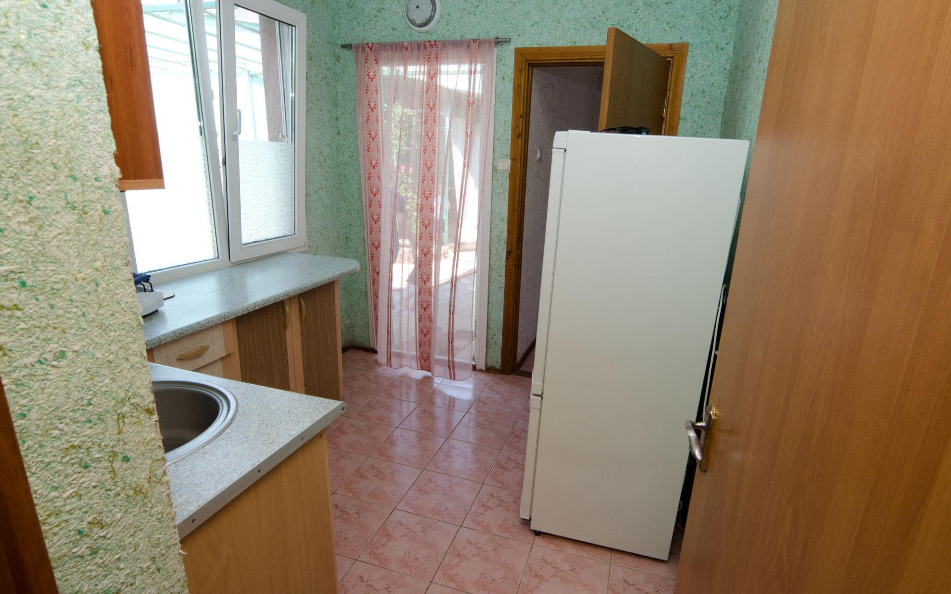 Своя, оборудованная кухня и вход в квартиру. Двухкомнатная  квартира. Апарт-отель на 8 квартир. Заозёрное
