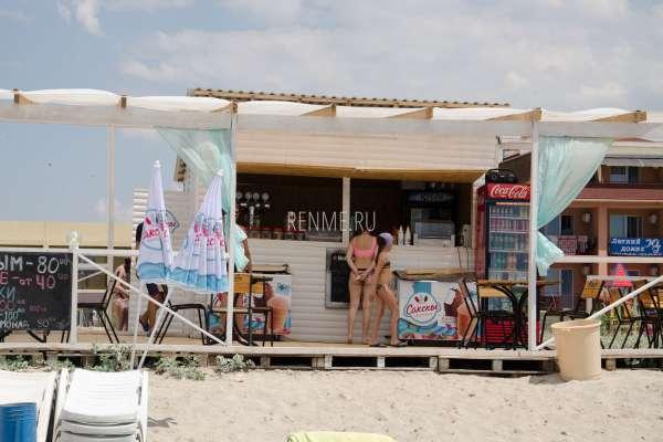 Кафе на песчаном пляже в Штормовом. Фото Штормового