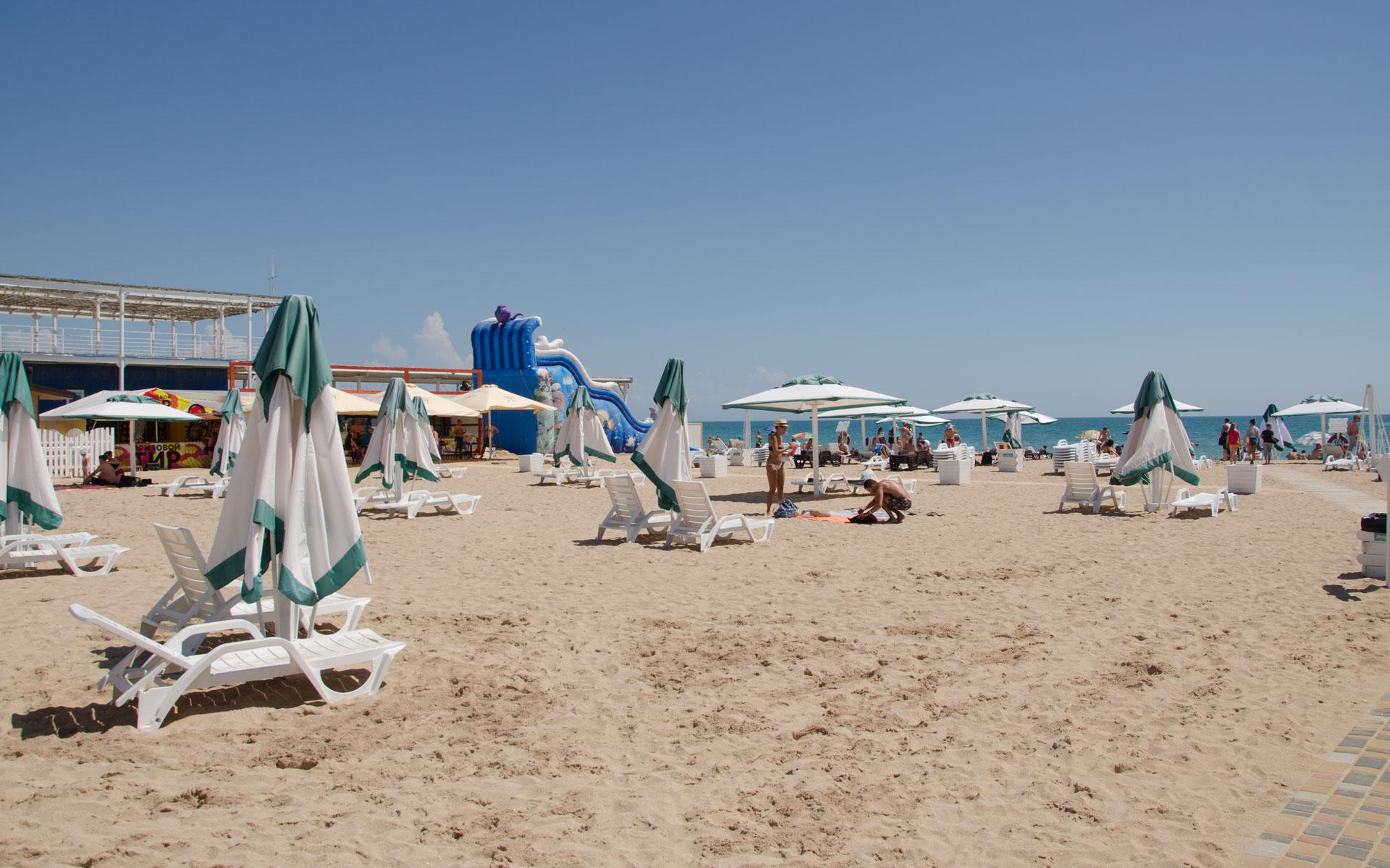 Зонтики с лежаками на пляже. Фото Евпатории