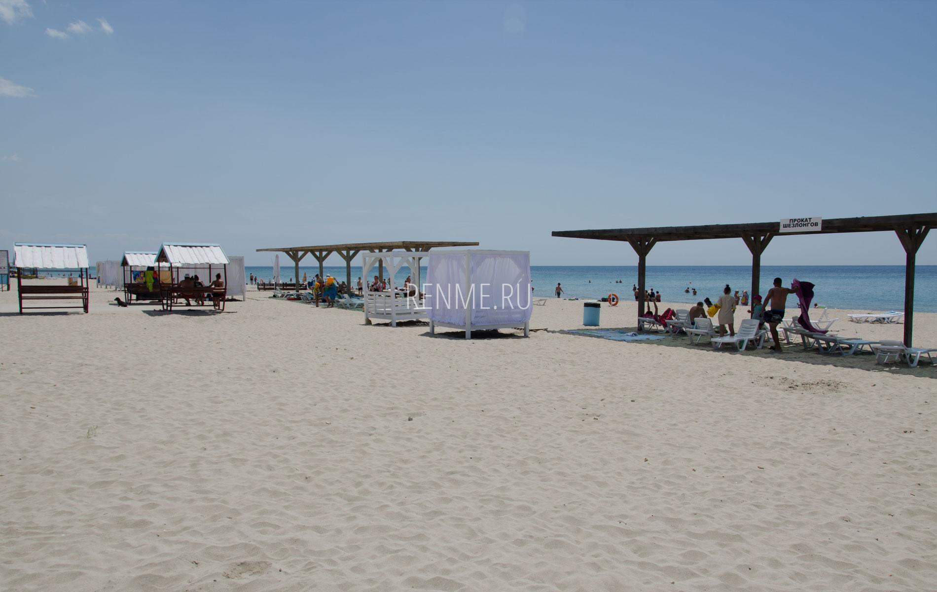 Песчаный пляж с бунгало и навесами 2019. Фото Штормового