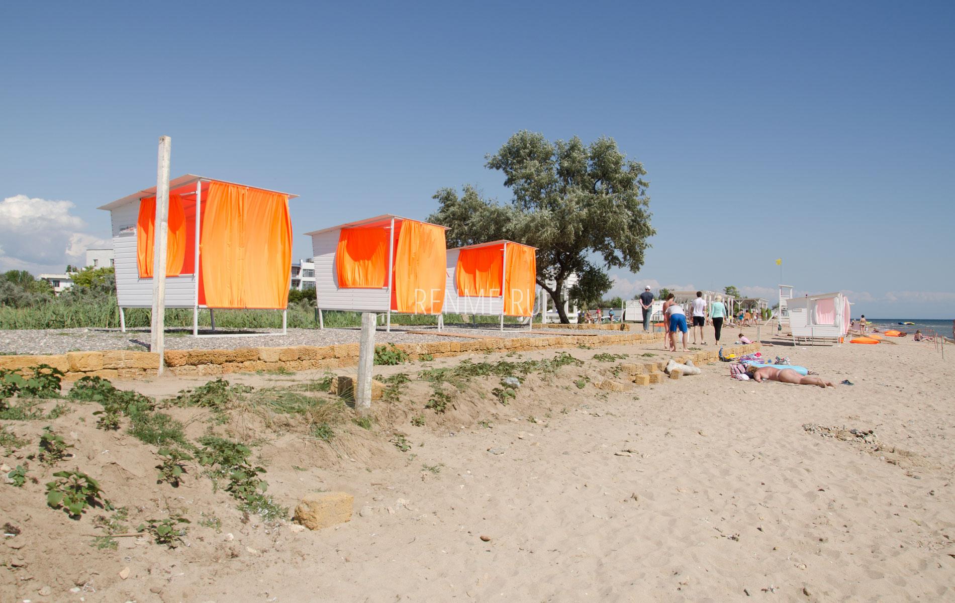 Красивые бунгало на пляже в Заозерном. Фото Заозёрного