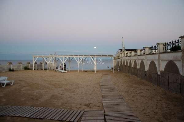 Пляж Рядом с кафе после заката. Фото Заозёрного