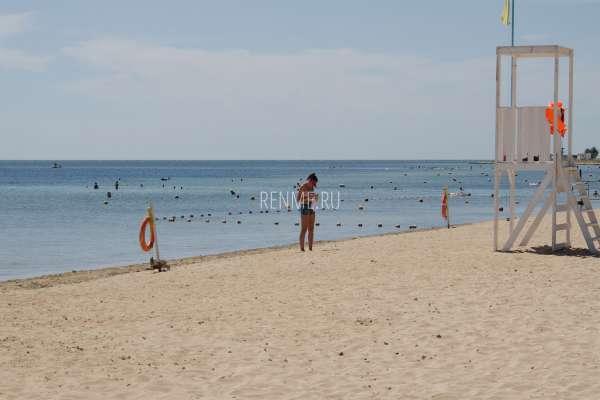 Песчаный поселковый пляж в Заозерном. Фото Заозёрного