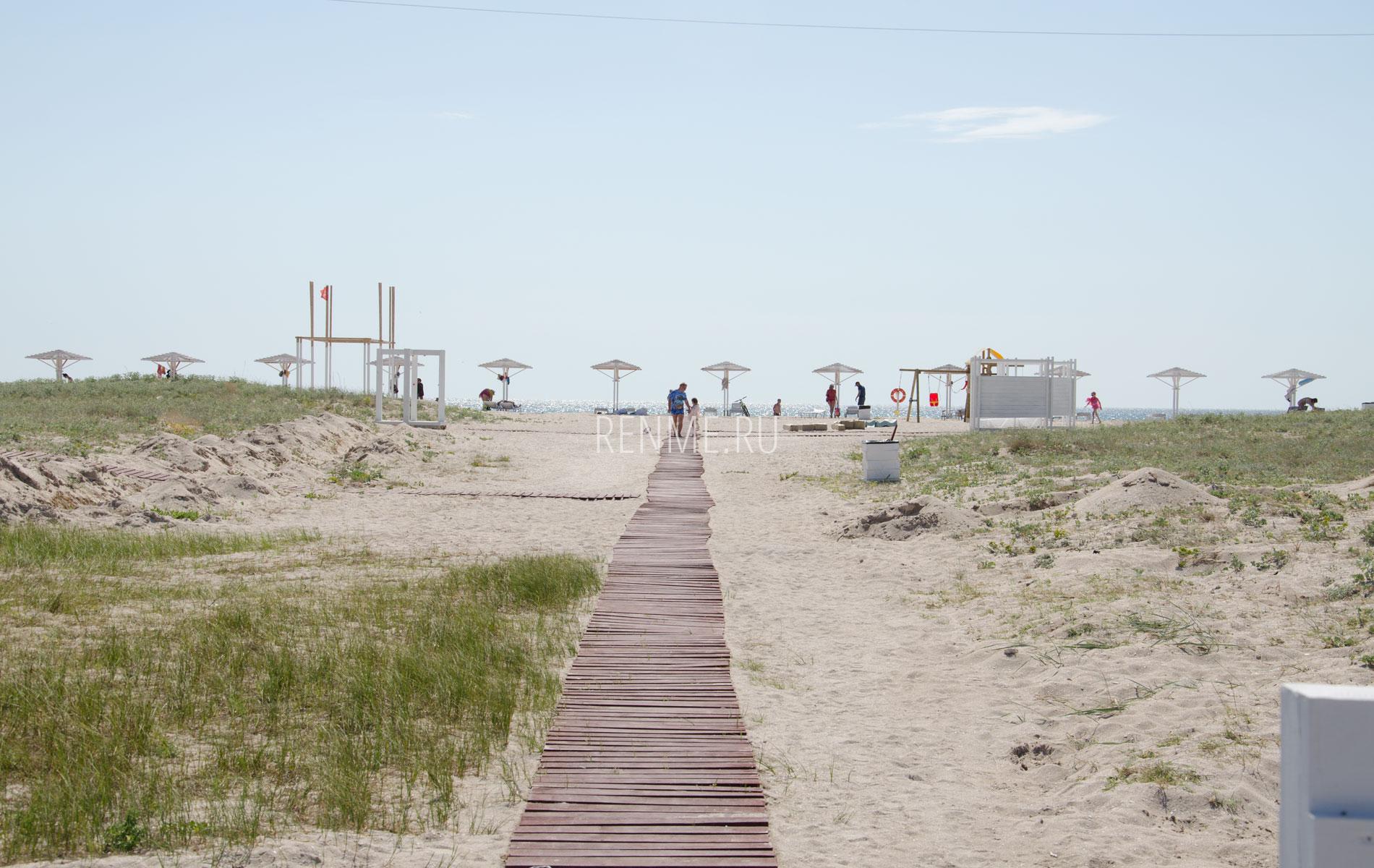 Дорожка к морю на песчаном пляже в Крыму. Фото Оленевки