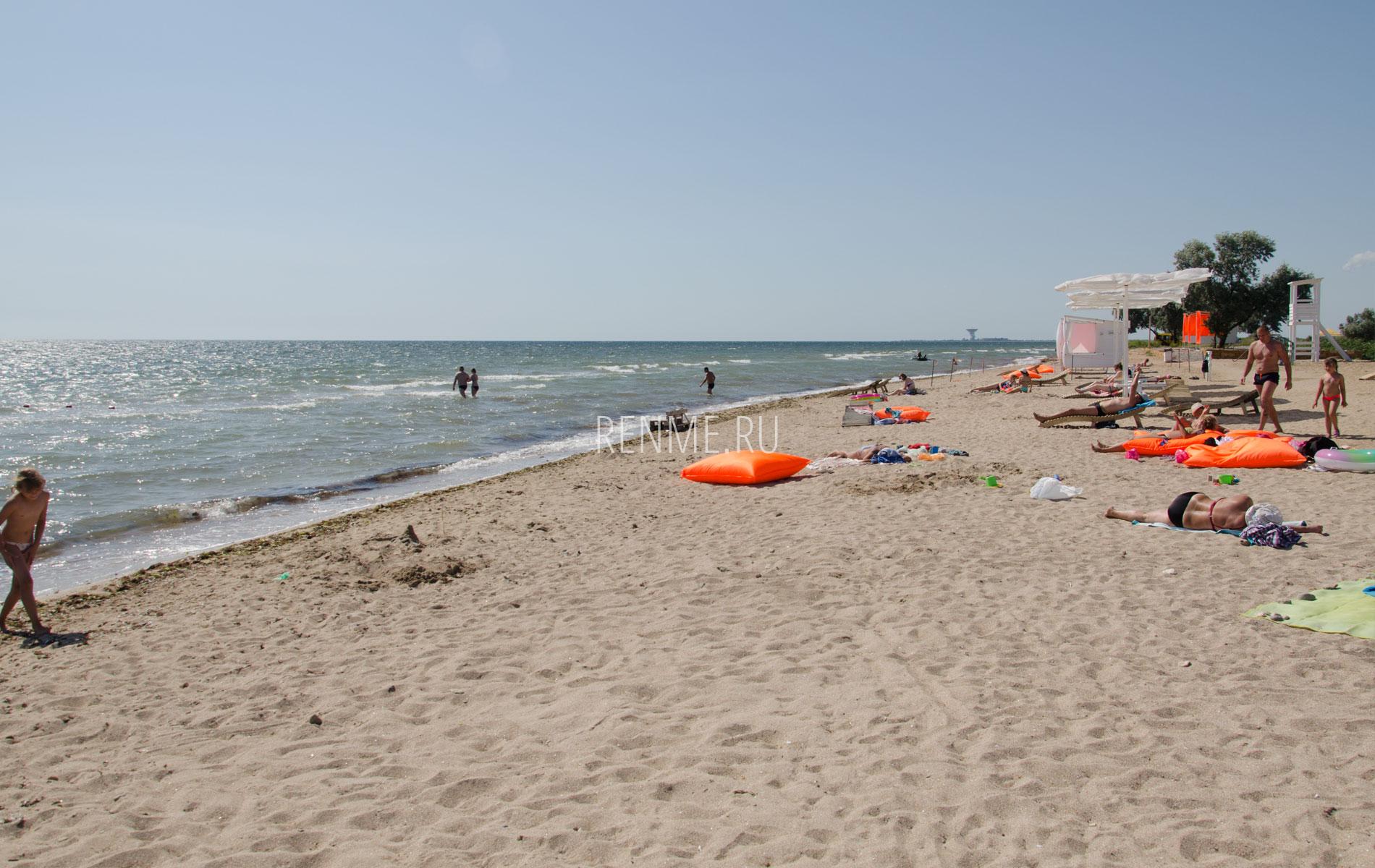Пляж с бунгало. Фото Заозёрного