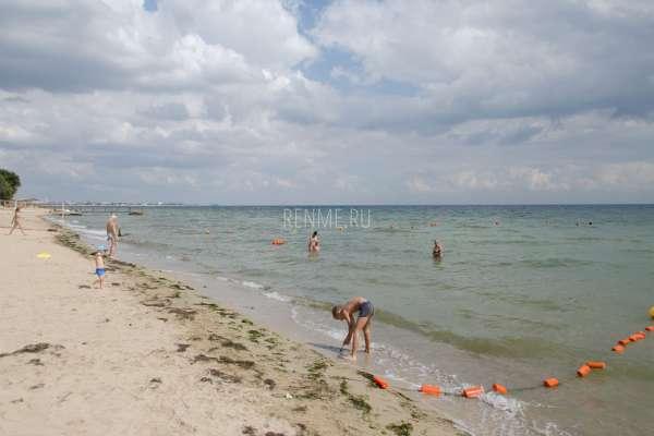 Песчаный пляж и море в сентябре. Фото Заозёрного