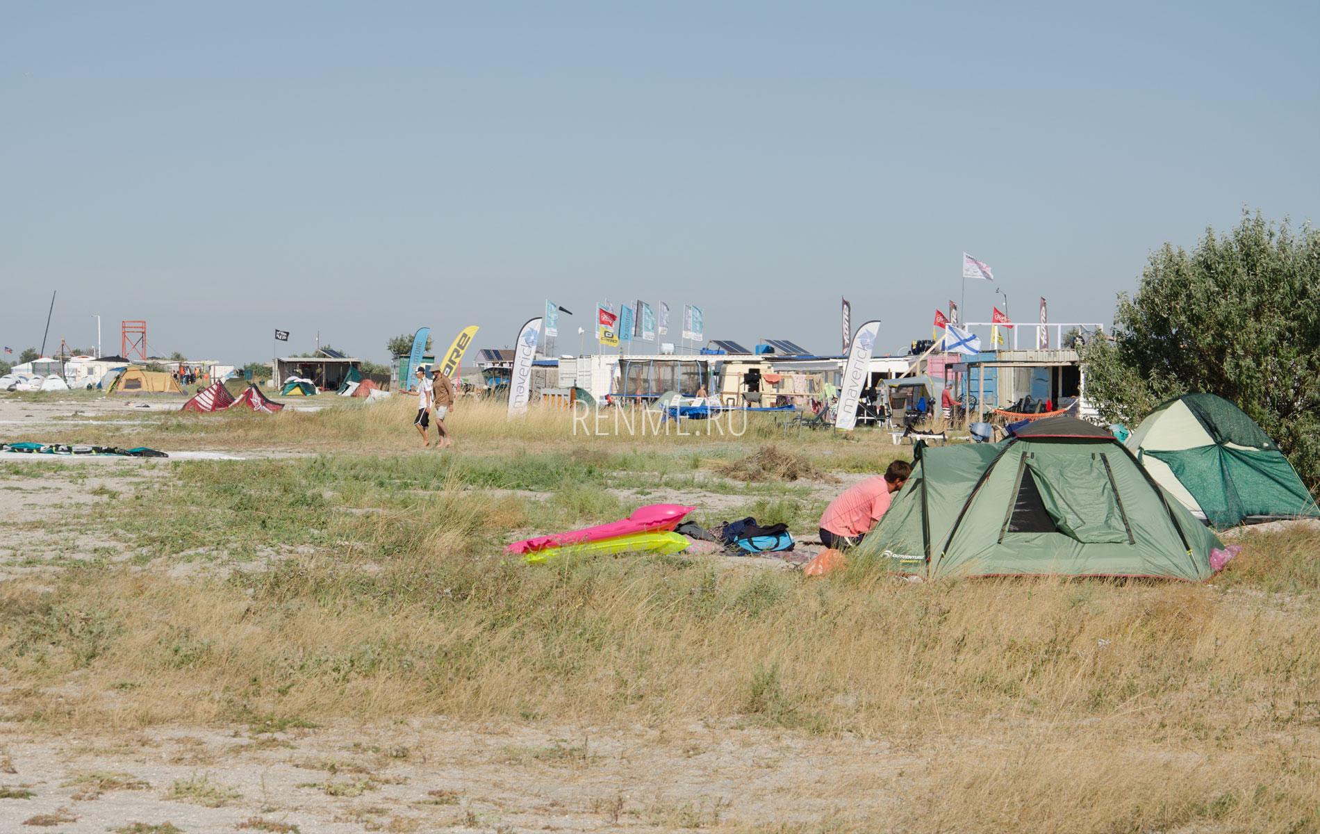 Кайтеры на берегу бухты. Фото Межводного