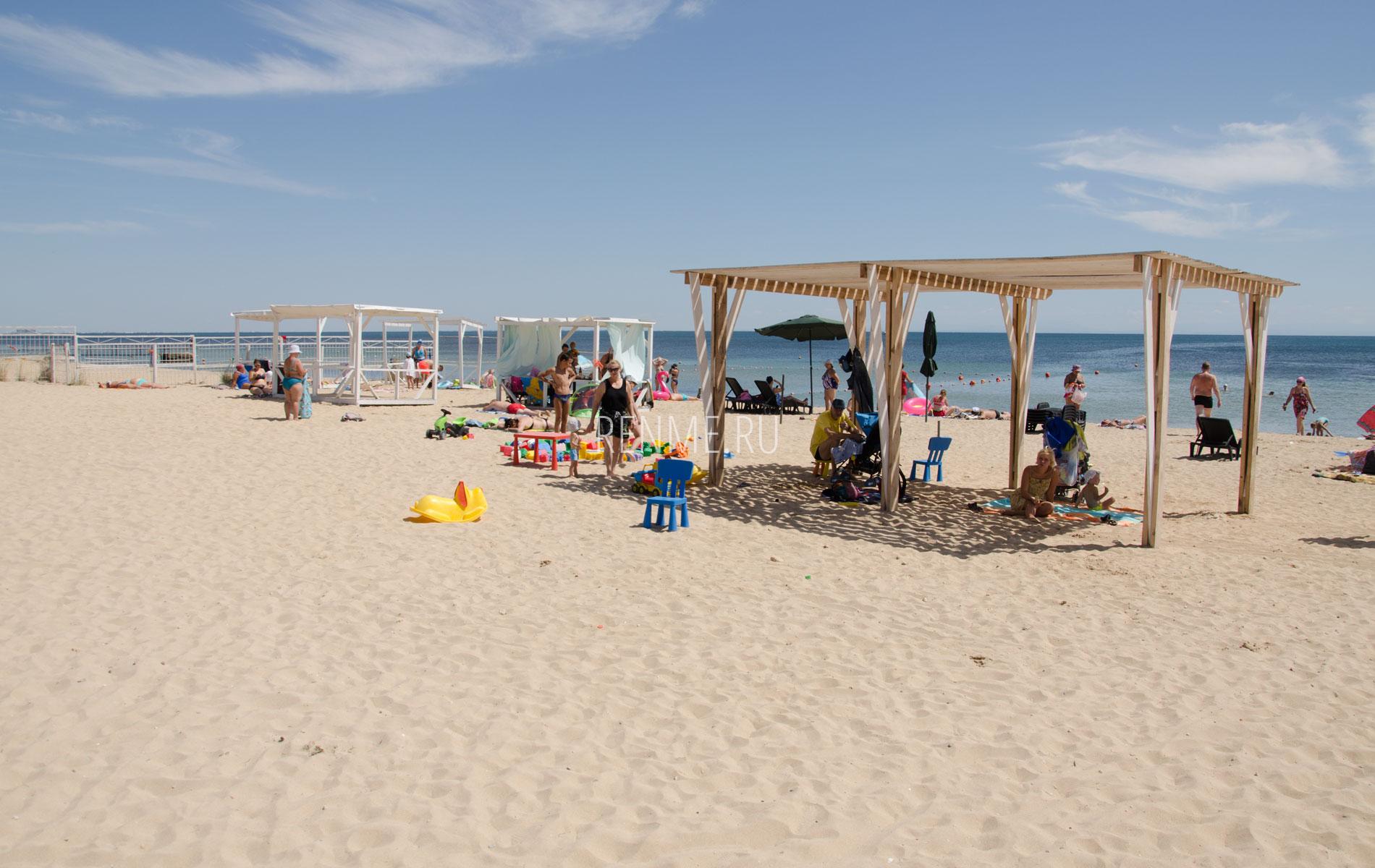 Август. Песчаный пляж в Крыму. Фото Заозёрного