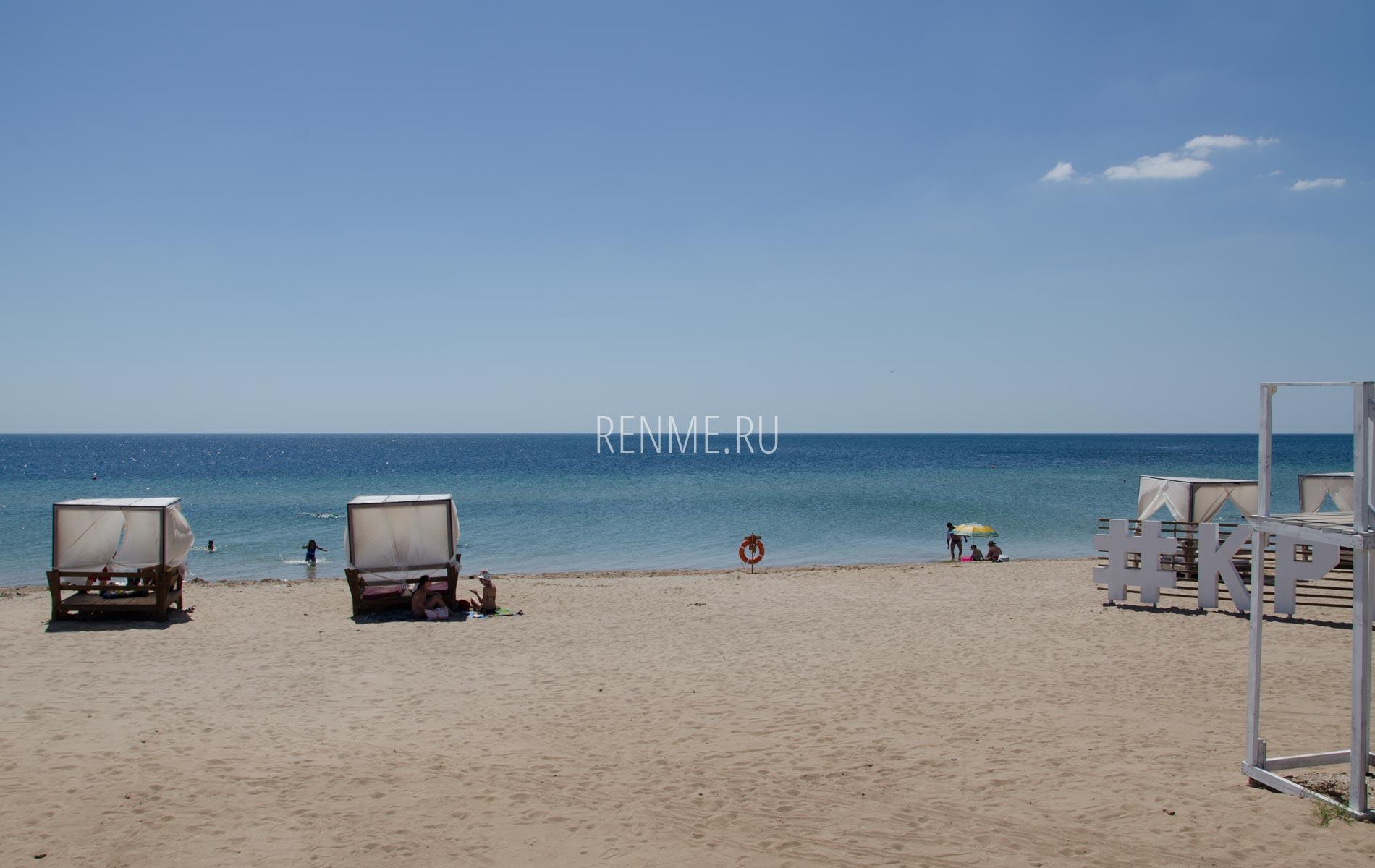 Бунгало на пляже в июне 2020. Фото Заозёрного