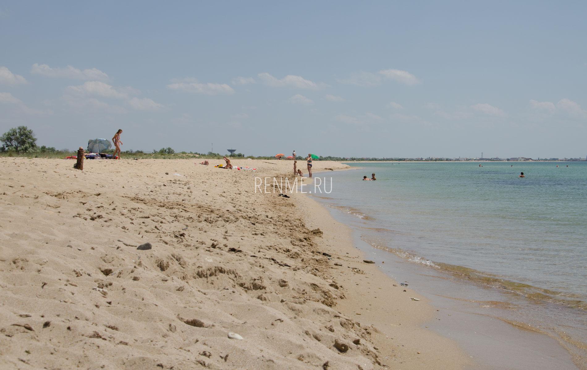 Прекрасный дикий песчаный пляж в Крыму. Фото Молочного