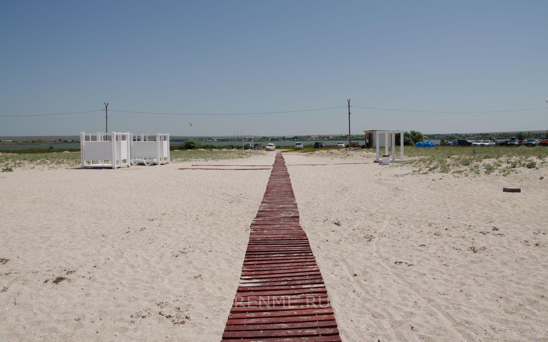 Дорожка на песчаный пляж в Оленевке. Фото Оленевки