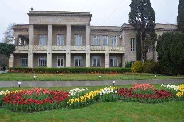 Здание в ботаническом саду. Фото Никита