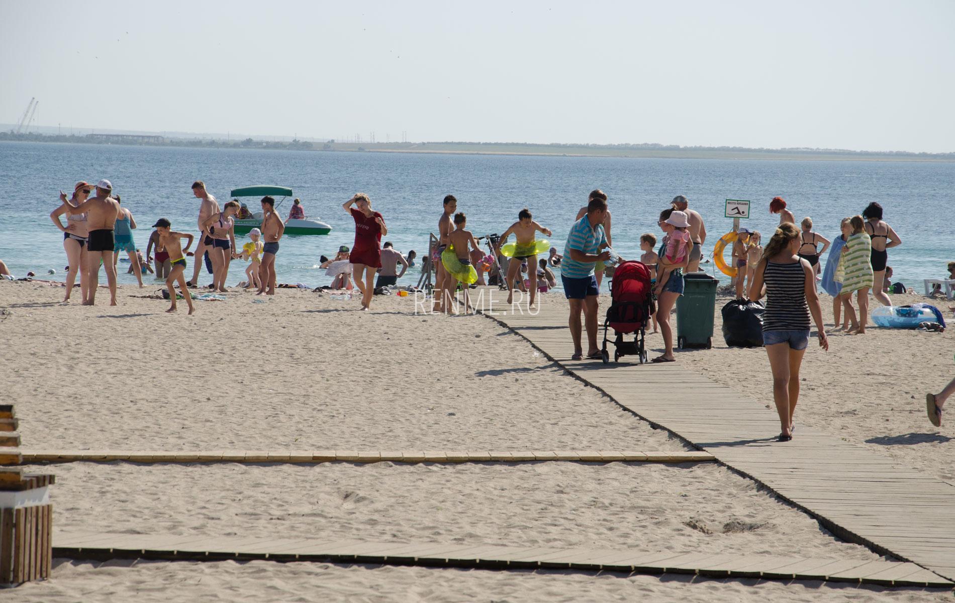 Пляж с удобствами в Межводном. Фото Межводного