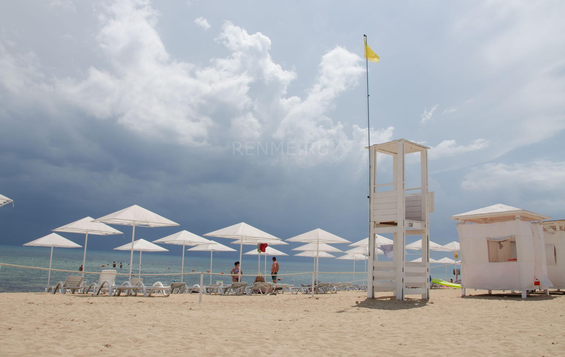 Спасательный пост на пляже. Фото Заозёрного