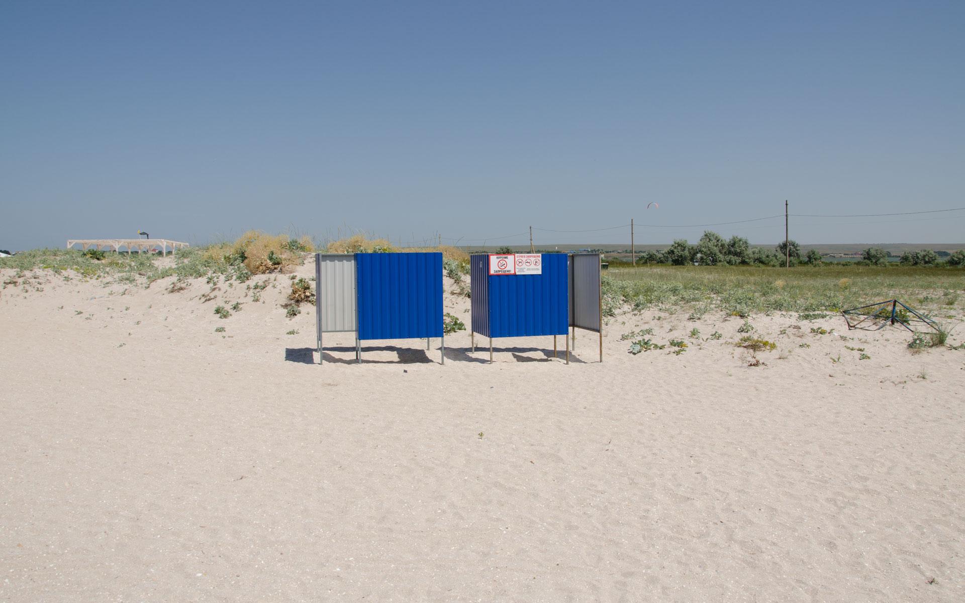 Песчаный пляж с раздевалками в Оленевке. Фото Оленевки