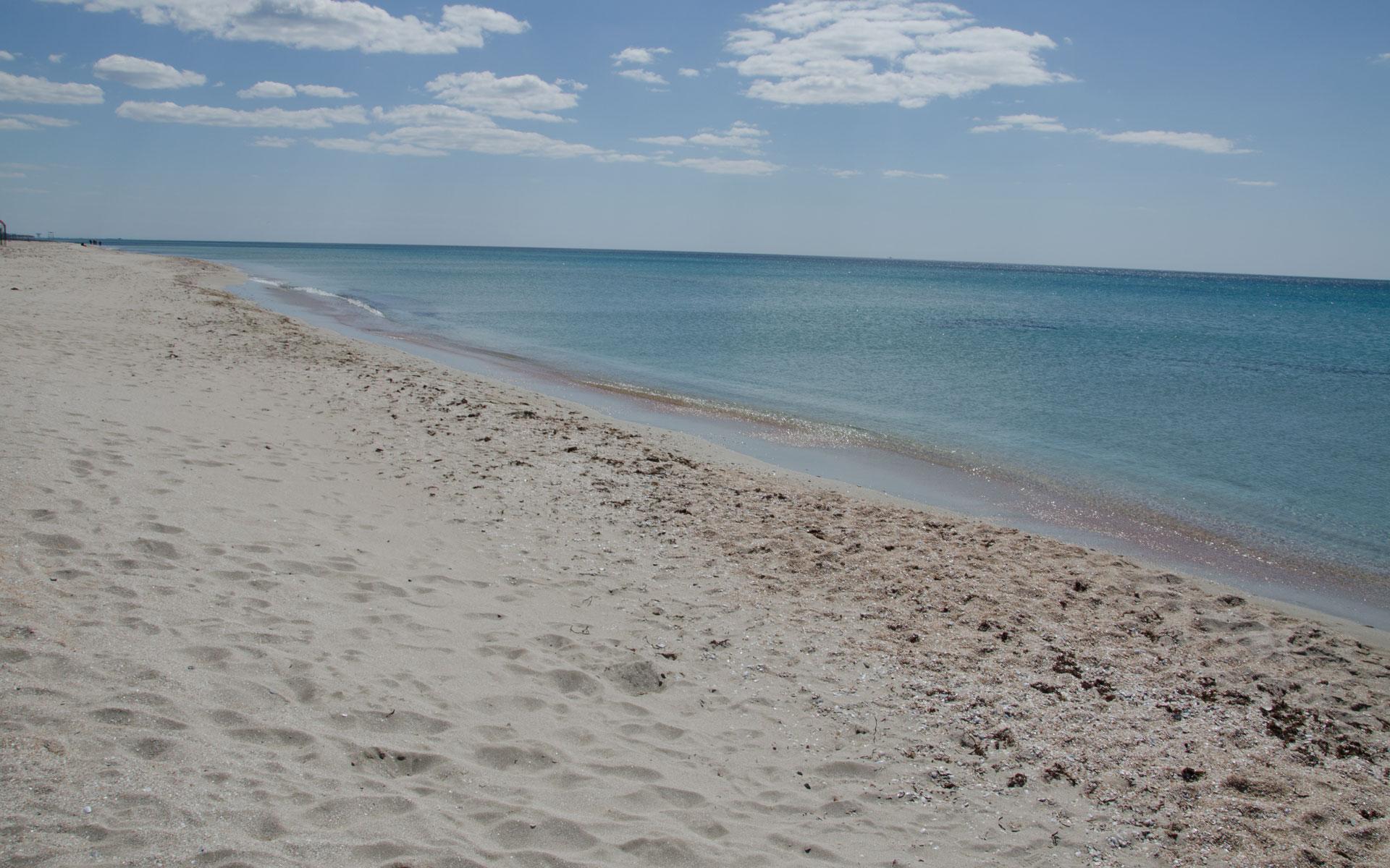 Весенний песчаный пляж в межсезонье. Фото Поповки