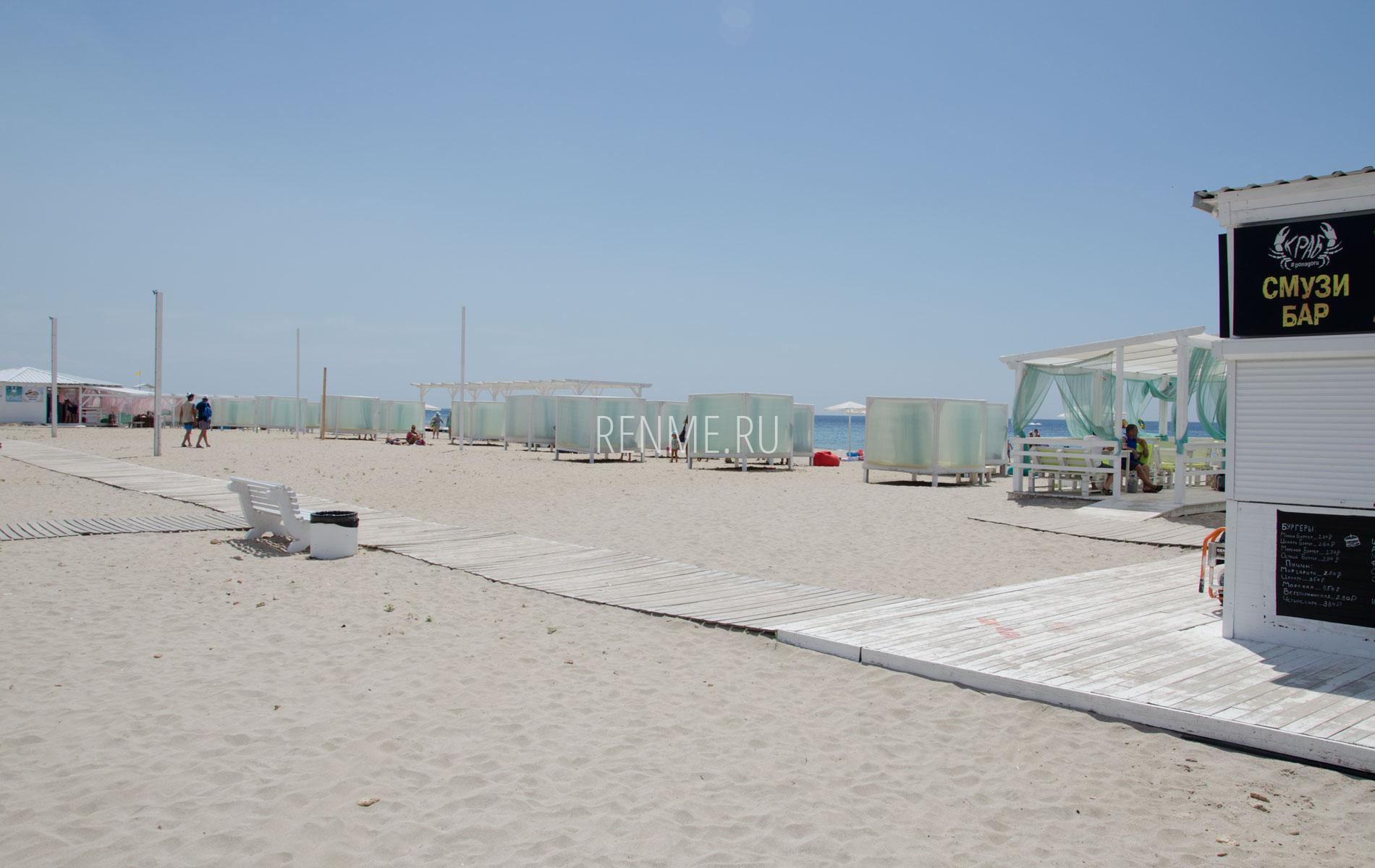 Пляж с удобствами в Штормовом. Фото Штормового