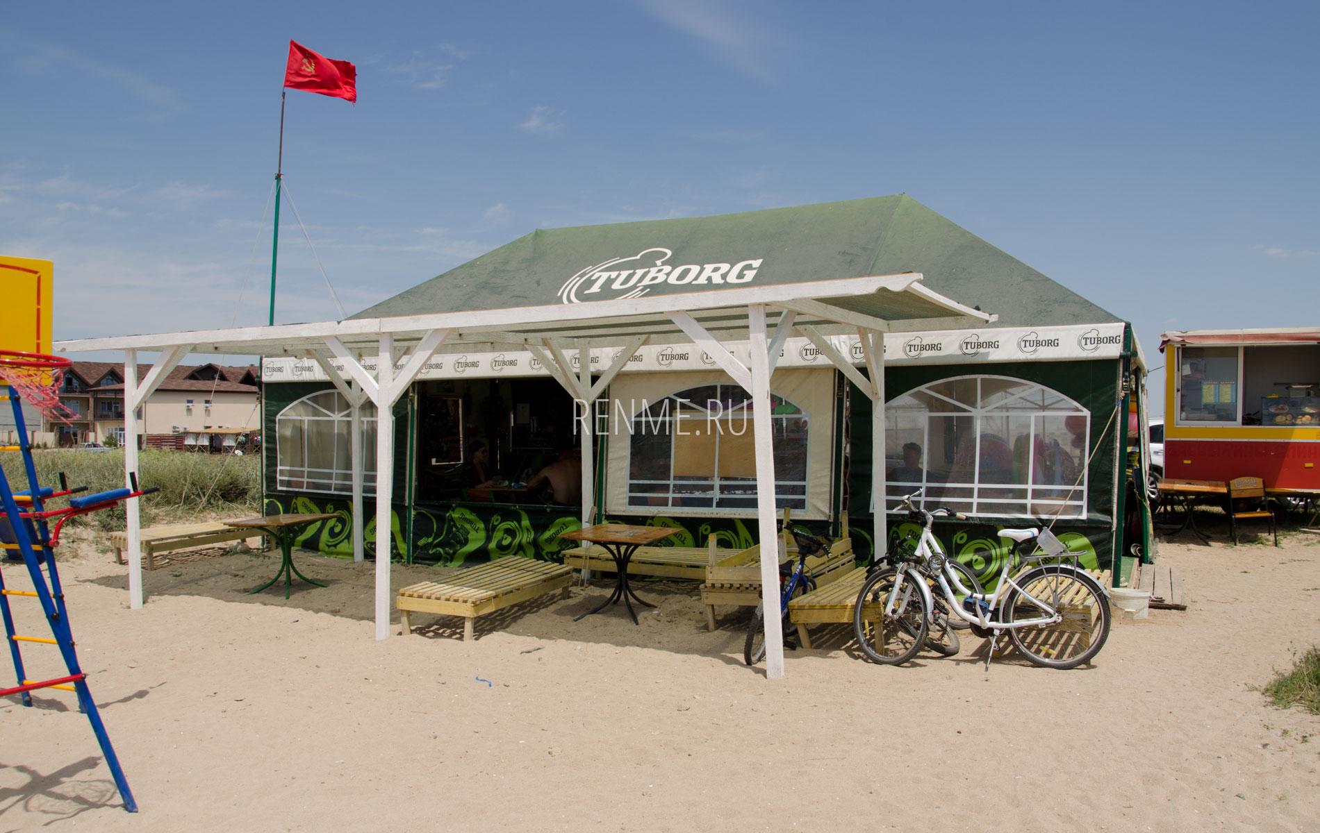 Кафе на пляже Песчанка летом 2019. Фото Заозёрного